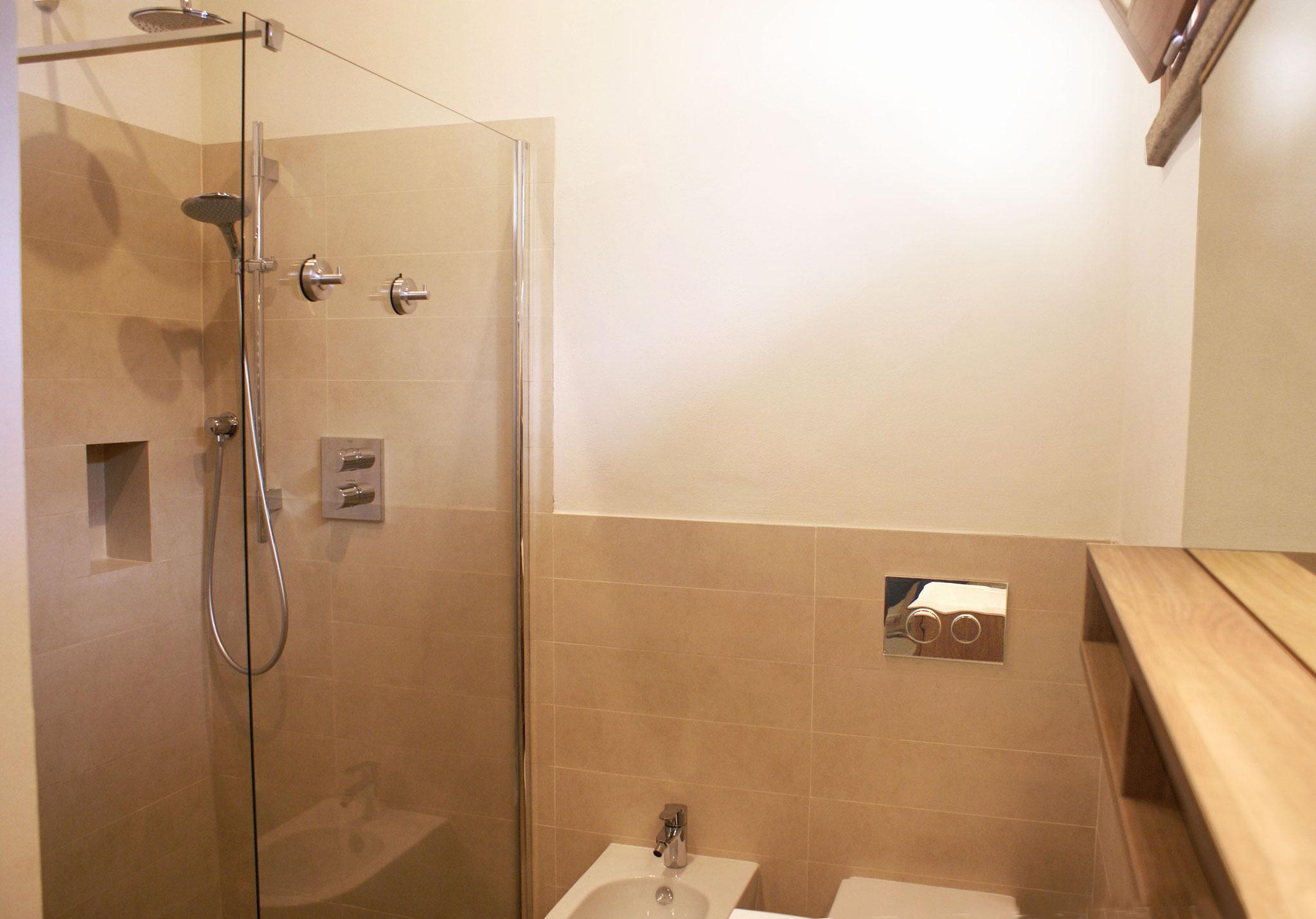 Une douche pluie, un WC, un bidet.