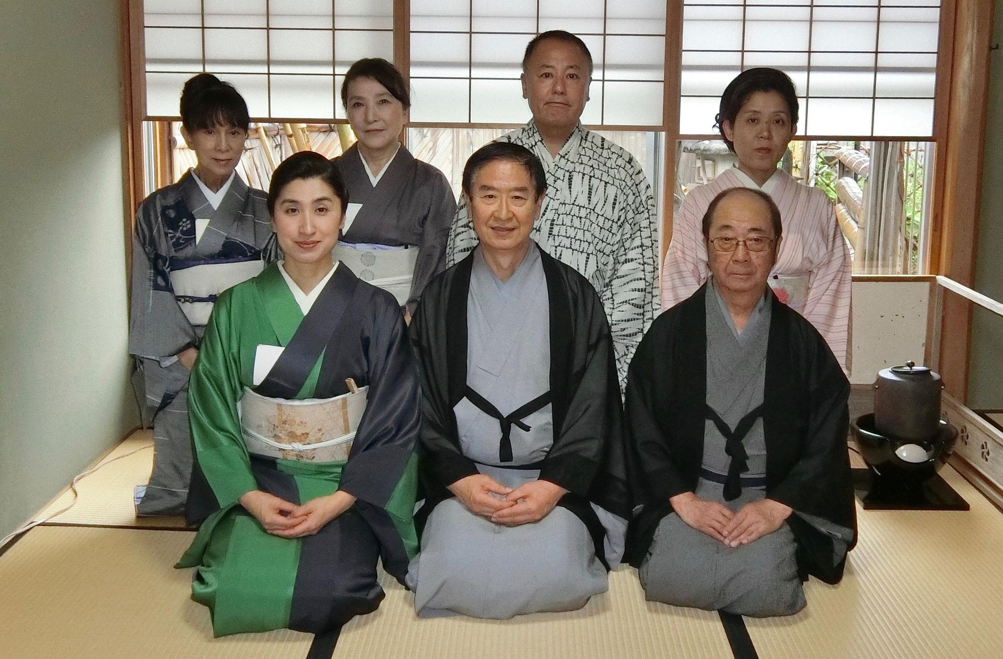 前列左より次期家元水谷雅由、当代家元水谷宗雅、長老田中風雅