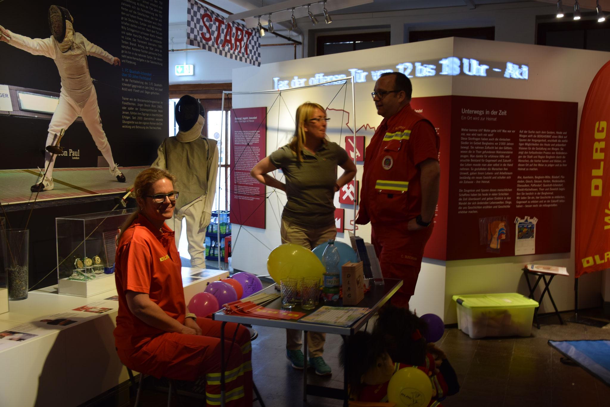 die DLRG Ortsgruppe Bergheim zeigte wie man Leben retten kann