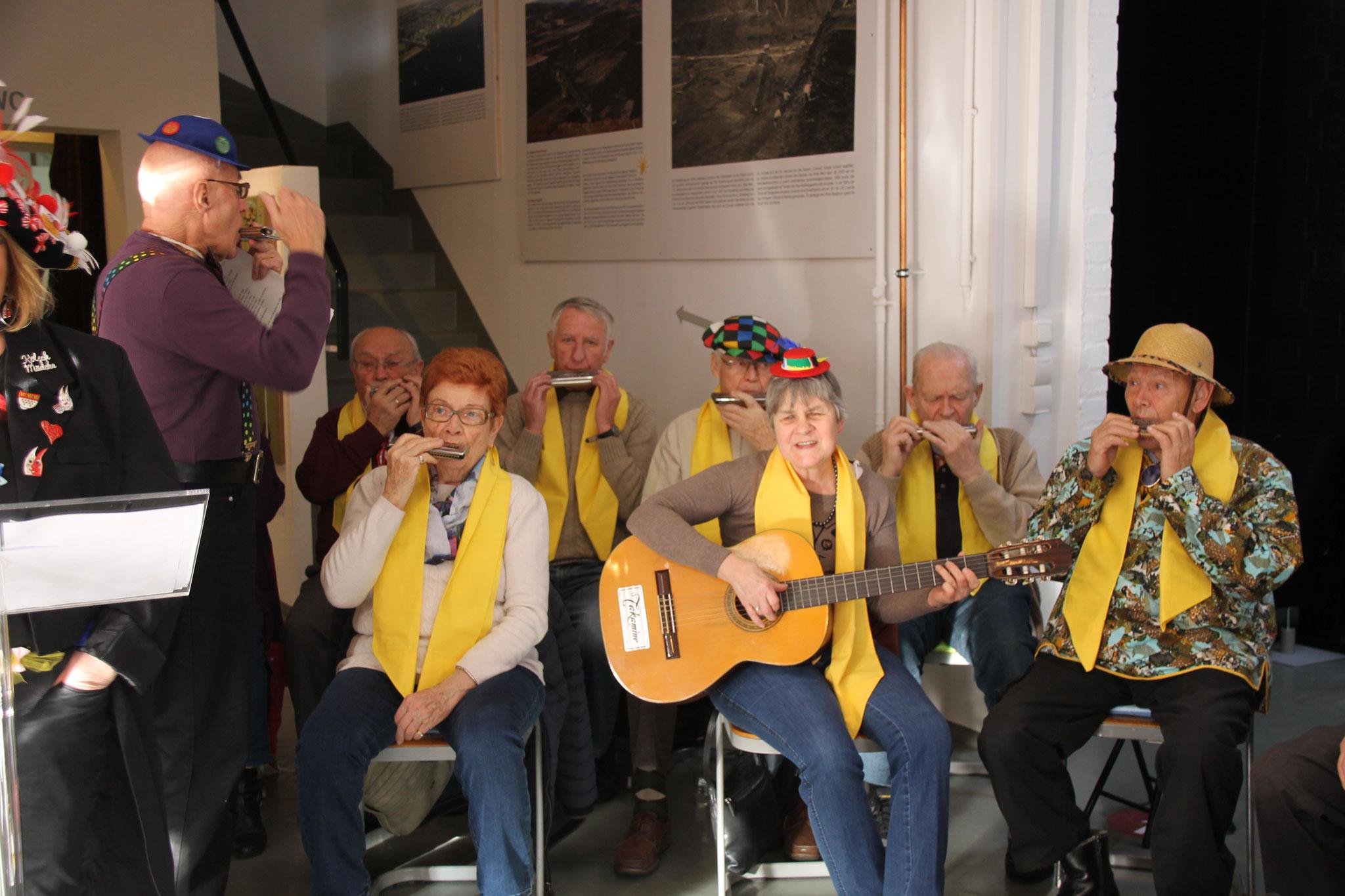 Die Musik des Mundharmonikaorchesters der evangelischen Kirchengemeinde Horrem kommt gut an.