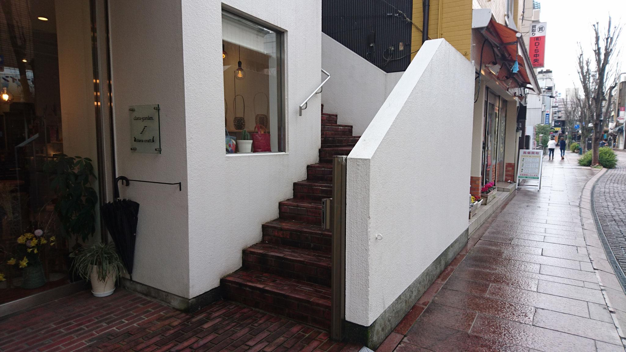 正面右側より2階入り口