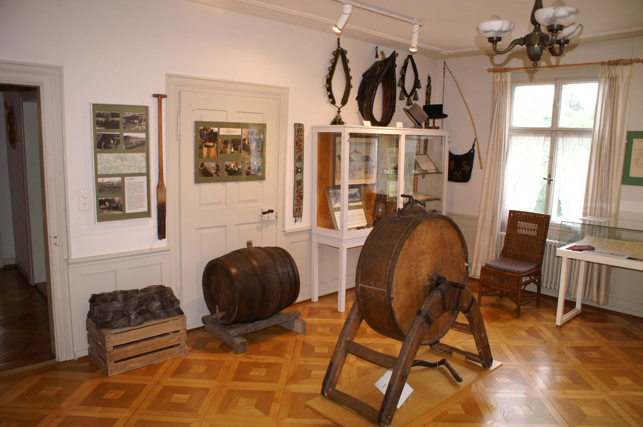 Handwerkszimmer mit Geschichte der Flawiler Fuhrleute, Bilder vom Torfstechen während des 2. Weltkrieges im Botsberger Riet und Handwerk