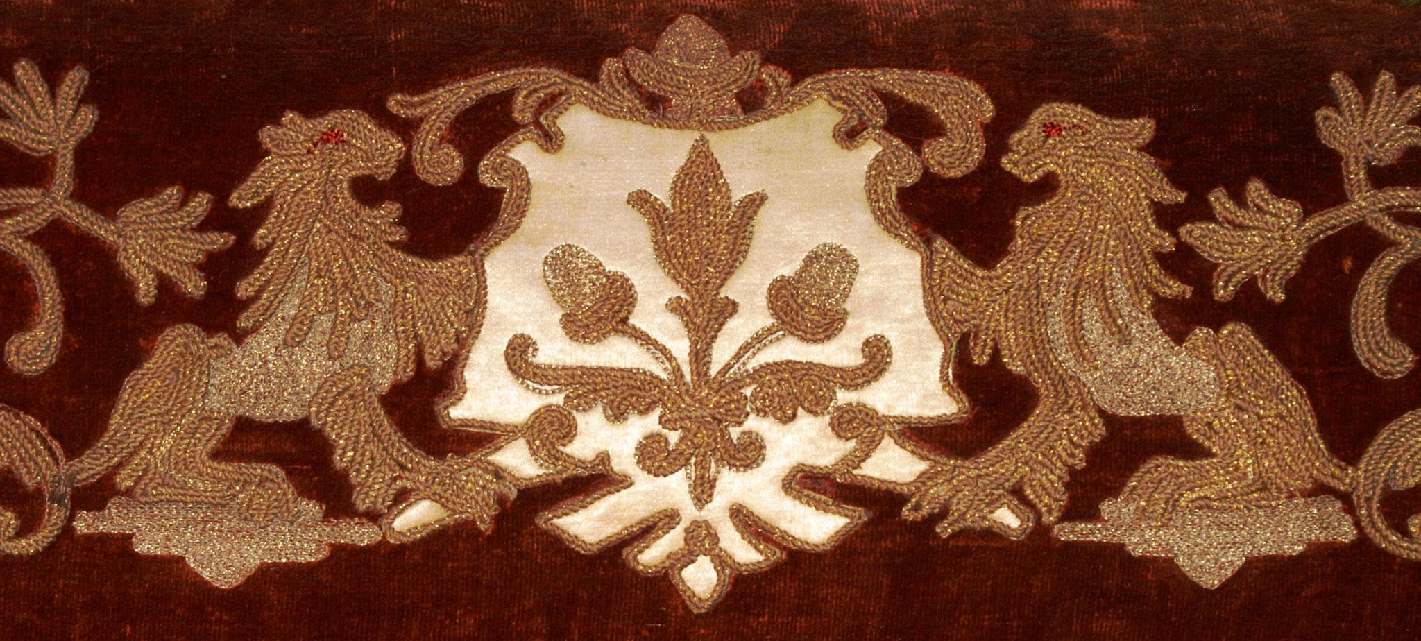 Stickerei in Gold- und Silberfäden ziert den Durchgang zur Biedermeierstube (ehemaliges Büro)