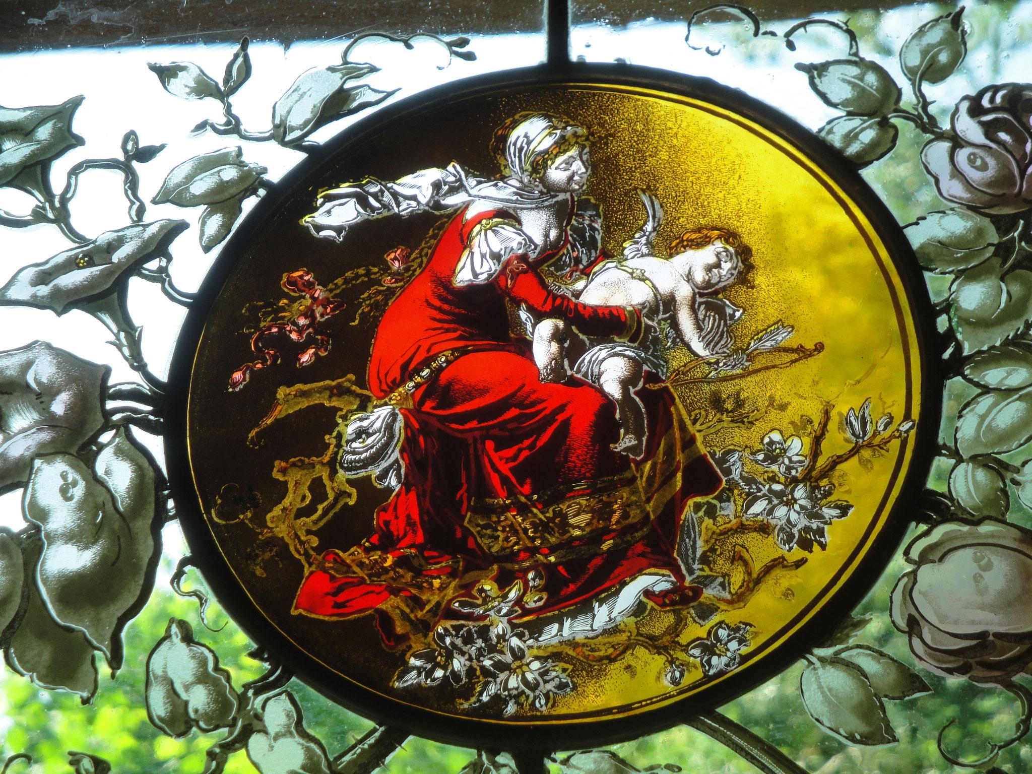 Detail des Chalet-Fensters im Bogen