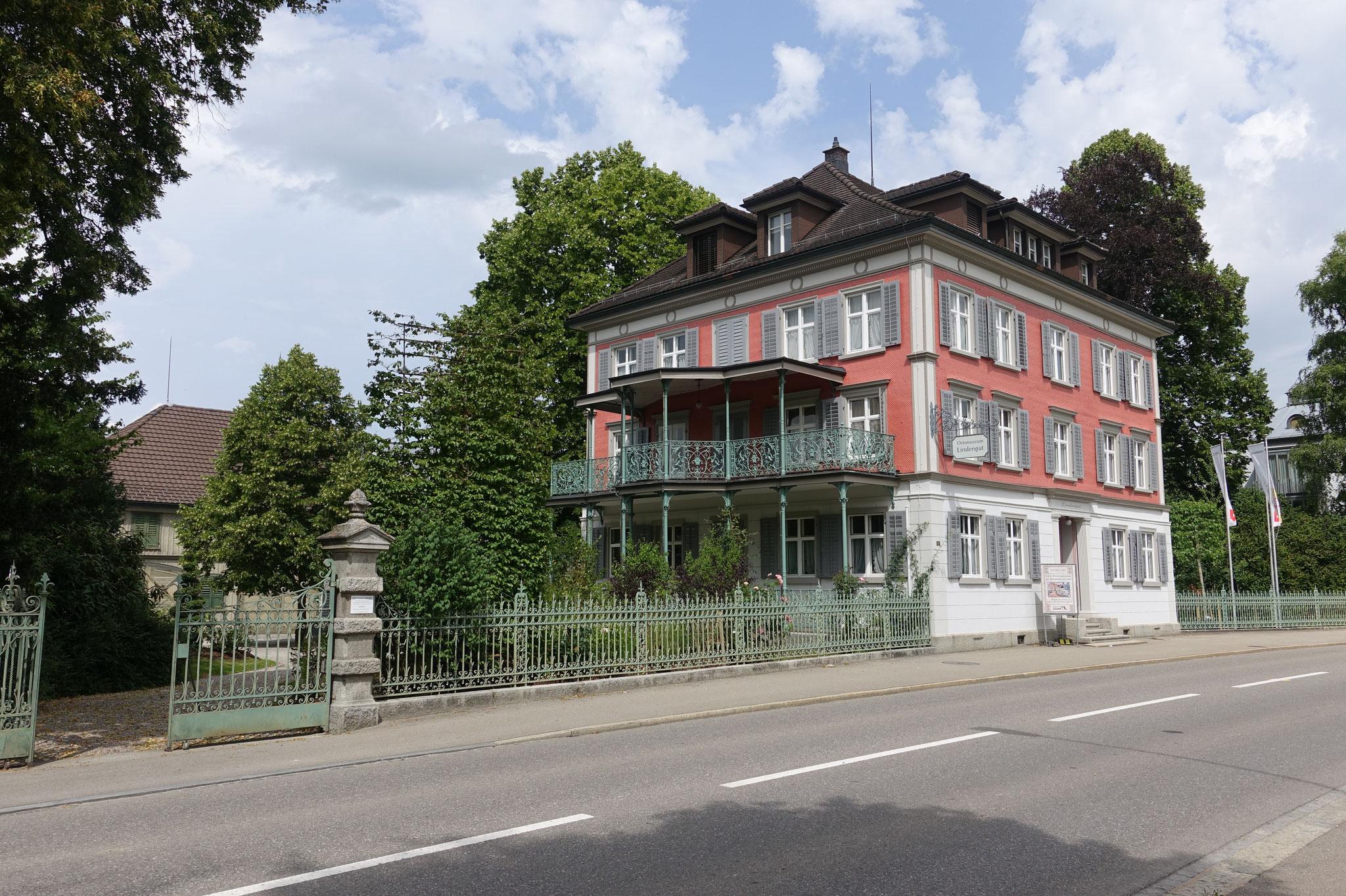 """Das Lindengut nach der Aussenrenovation. Der Park ist bereichert mit Sträuchern anlässlich der Ausstellung """"Stahel - von Rossweiden zu Baumschulen"""" 2016"""