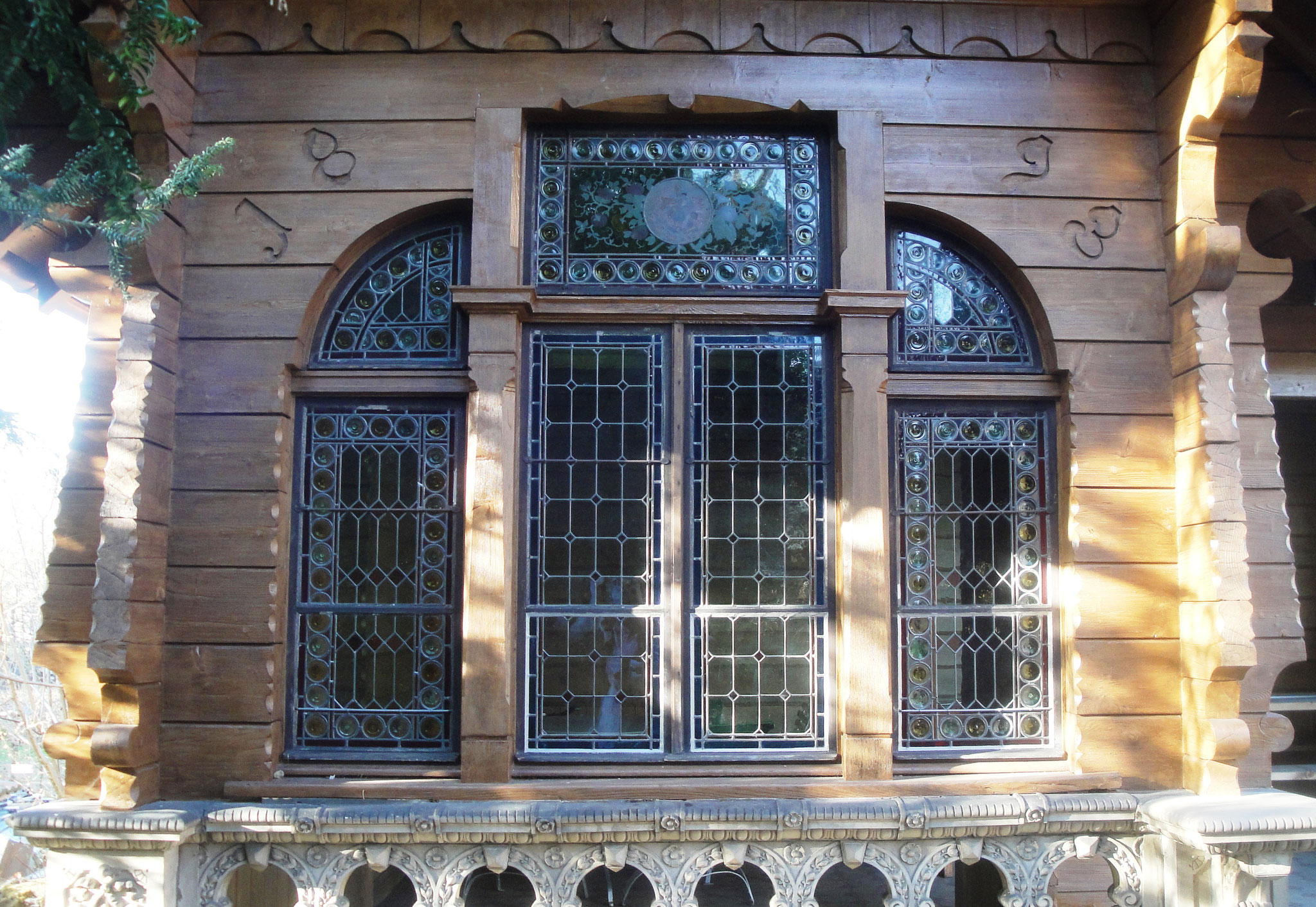 Schmucke Glasfenster zieren das Chalet