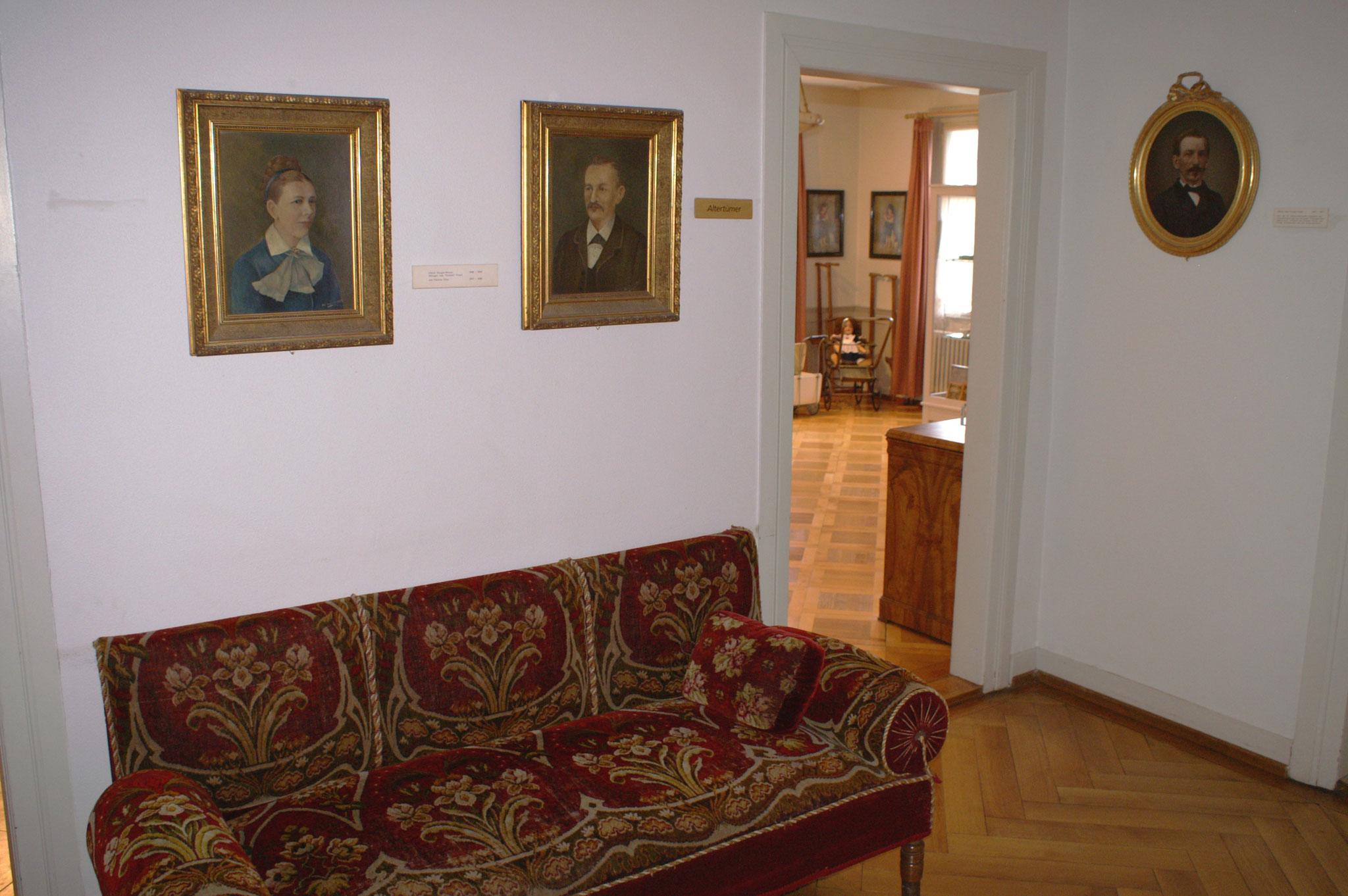 Treppenhausgang im 3. Stock mit Porträts von Flawilern