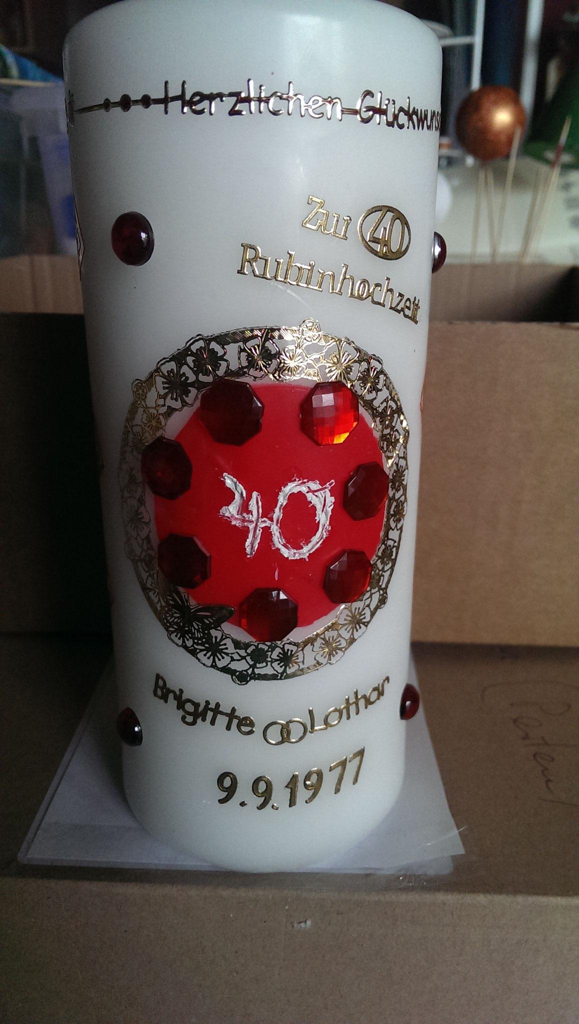 """Bilder 1 und 2: Diese Kerze wurde zu einer Rubinhochzeit gestaltet. Rote Halbperlen und goldene Sticker sowie eine Hand geschnitzte """"40"""" in weiß ..."""
