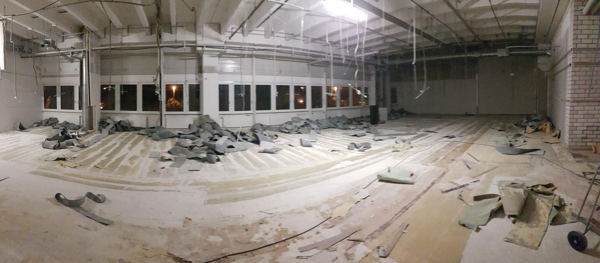 Abbruch von 2300 m² Teppichboden an einem Wochenende in Nachtarbeit