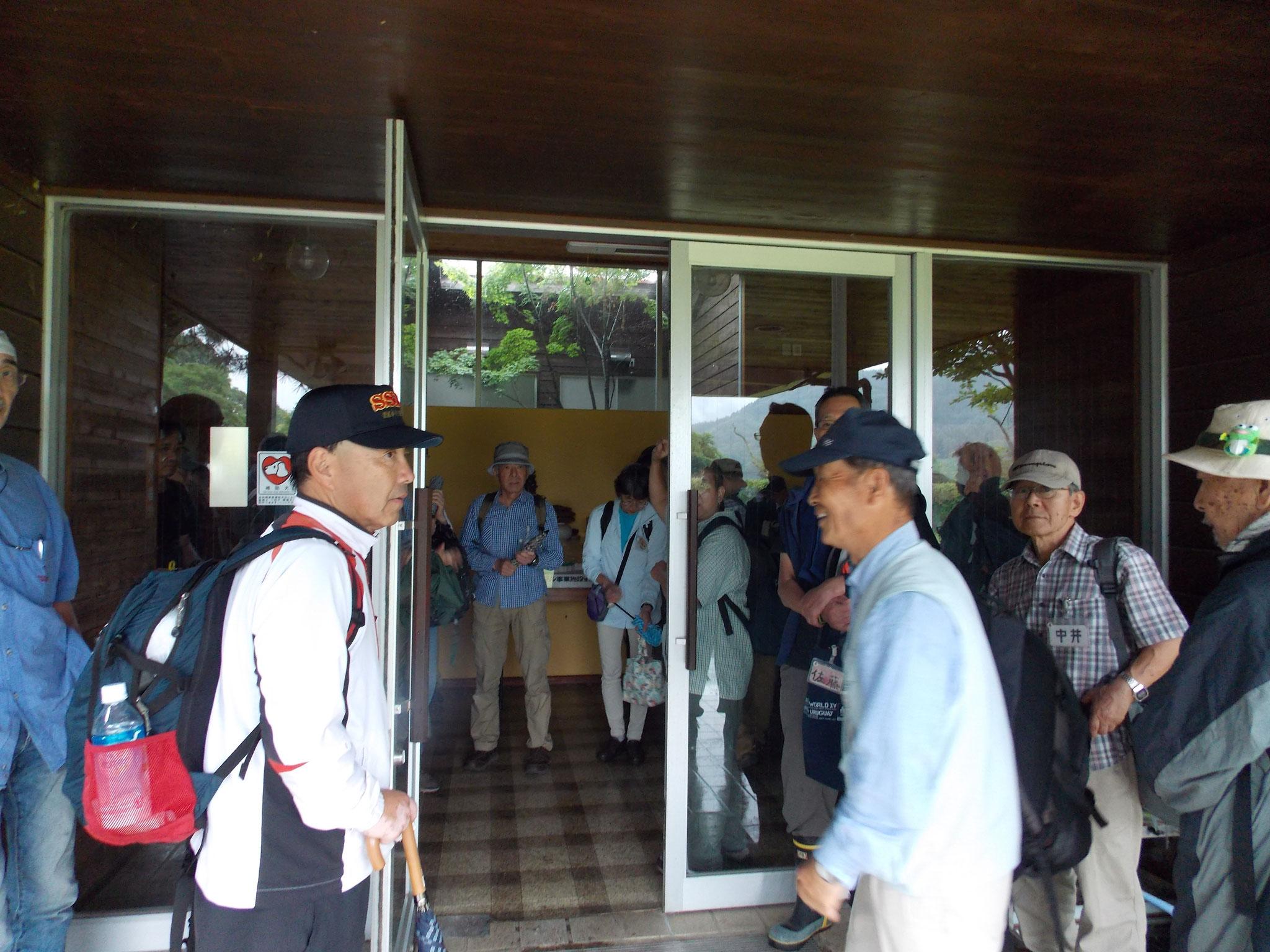 交流センターで雨の為入り口付近で集合