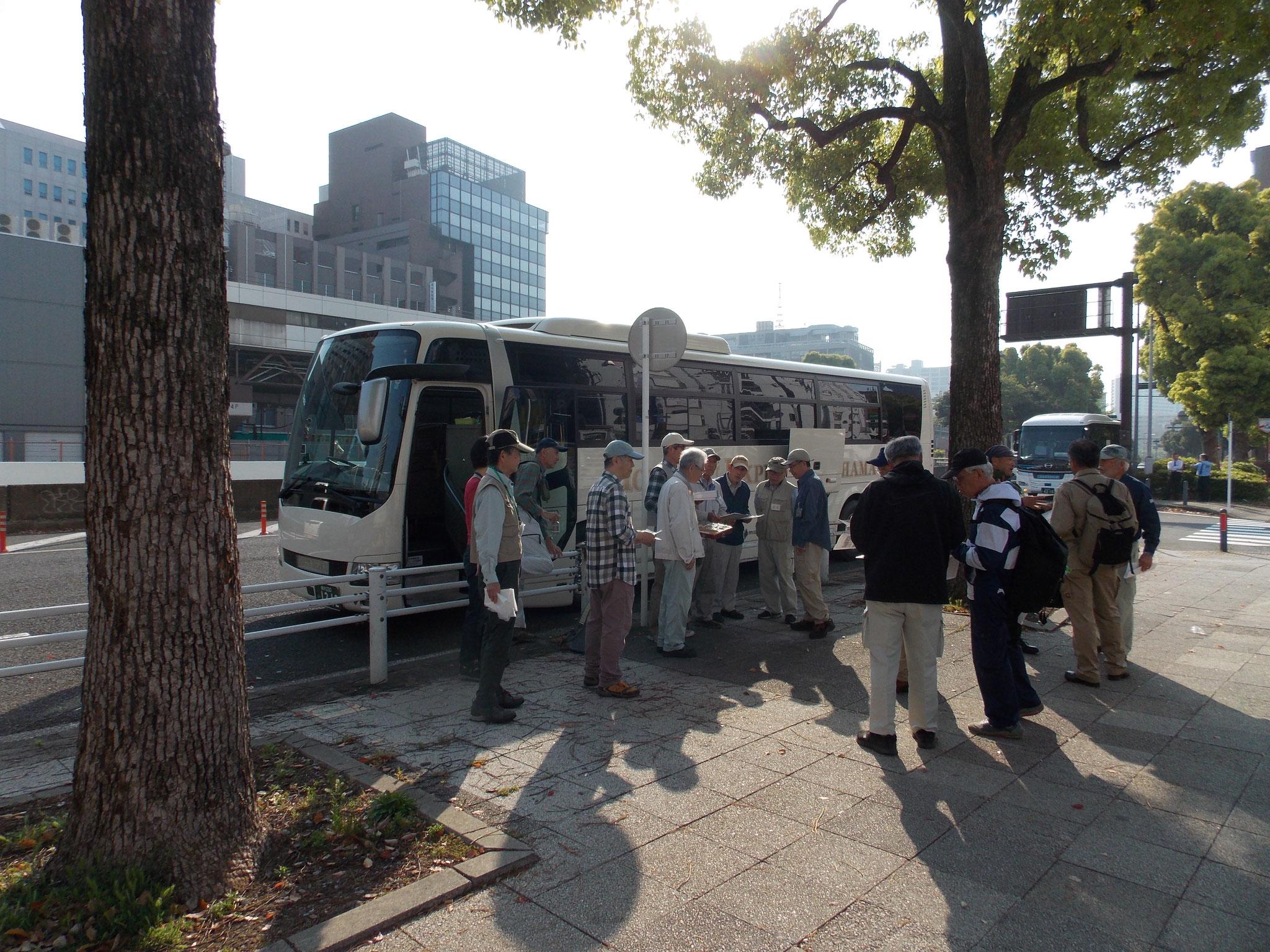 関内駅前受付風景