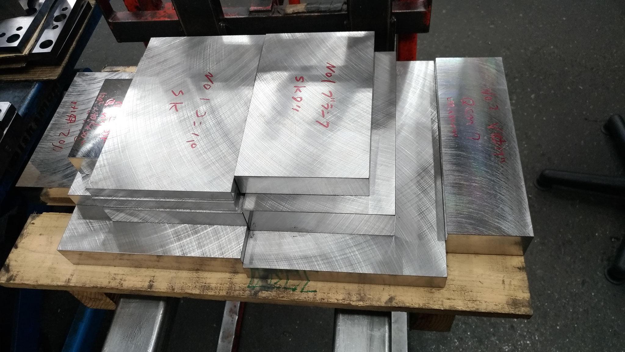 鋼材(型を作るのに必要な材料)の仕入れ
