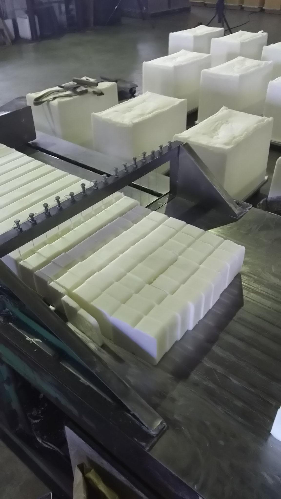 ⑥石けんの塊を製品サイズに切断する
