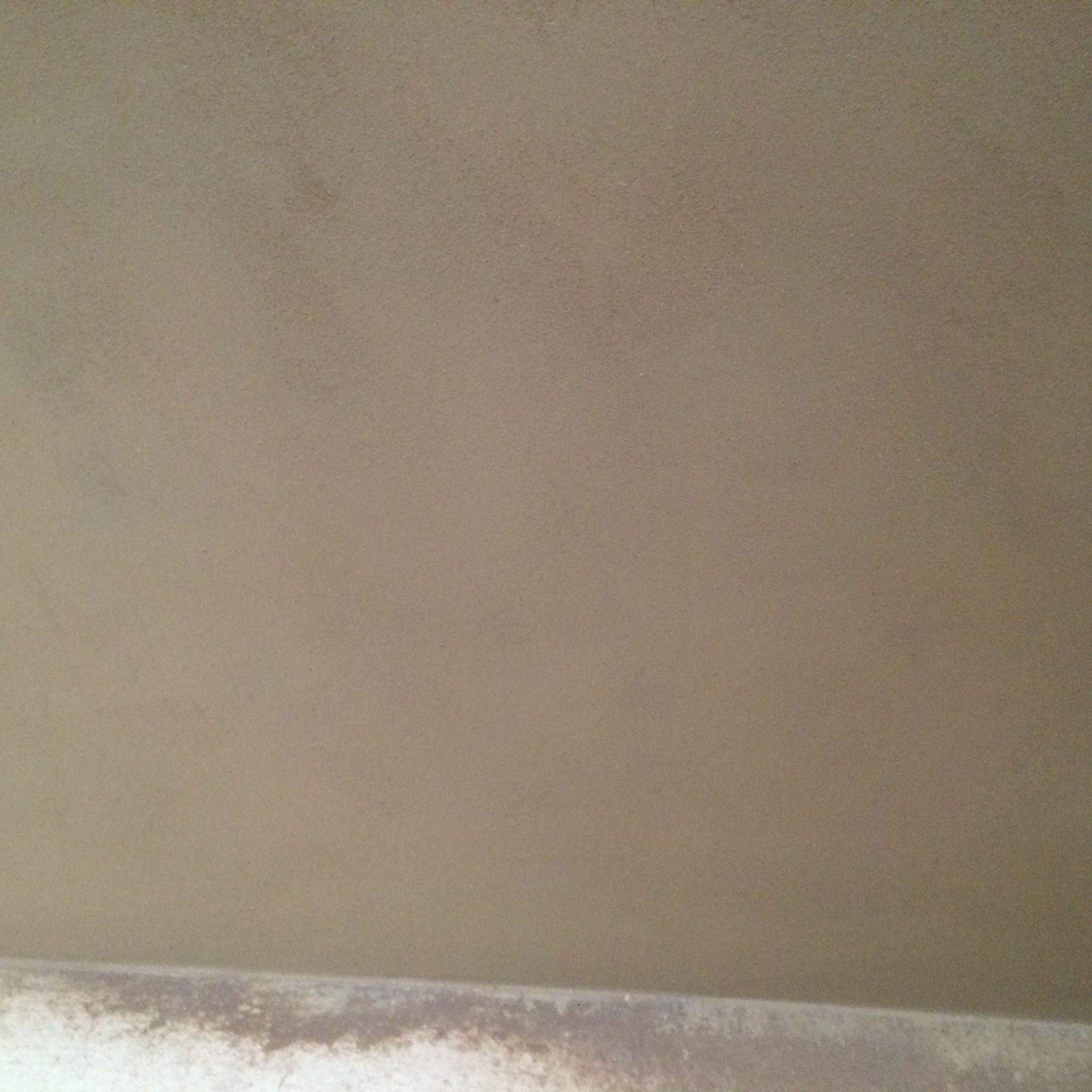 Fertig hergestellte Lehmdecke und Wände mit einem Oberputz