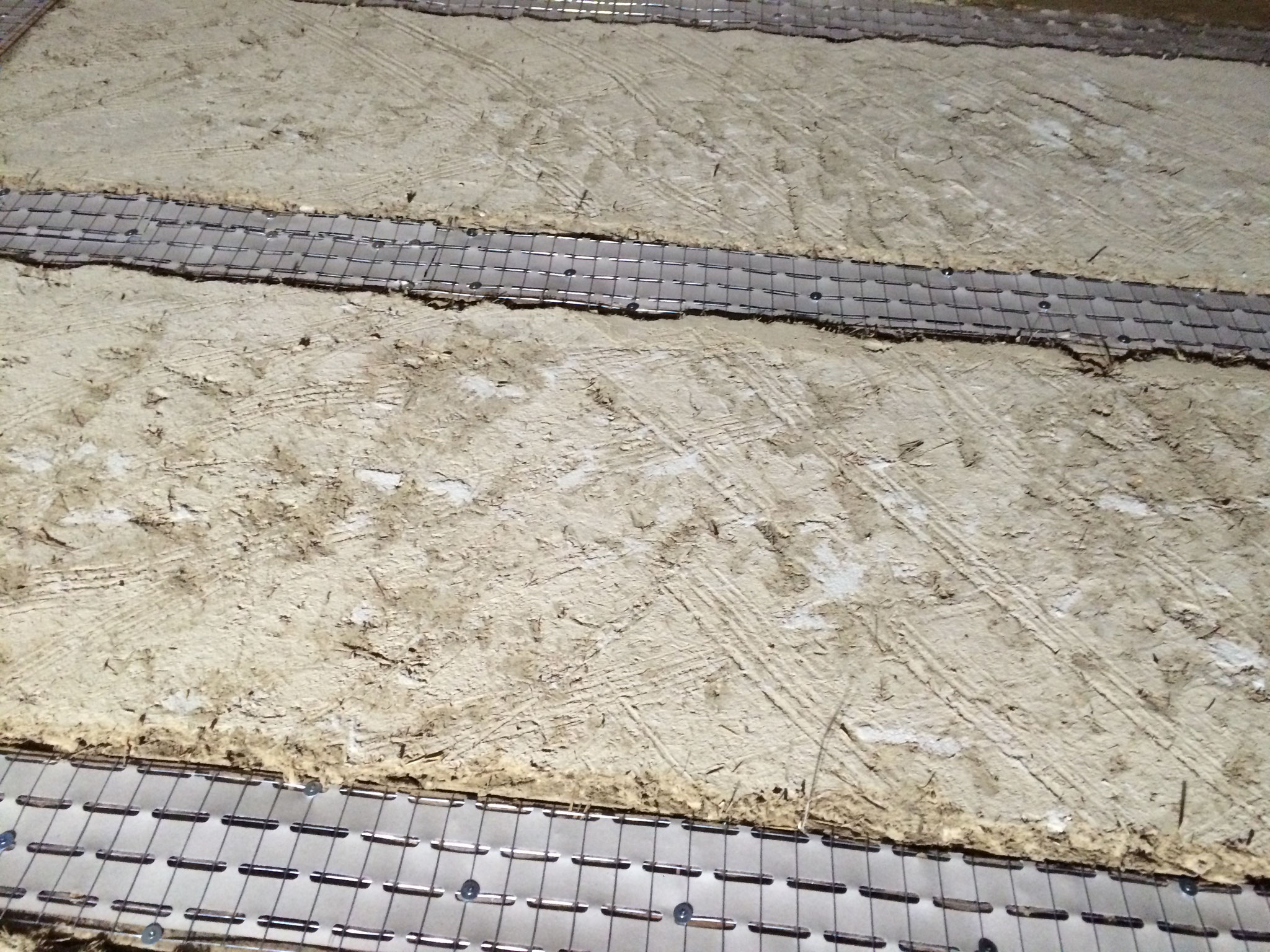 Putzvorbereitung auf vorhandene Deckenbalken mit einem Streckmetall
