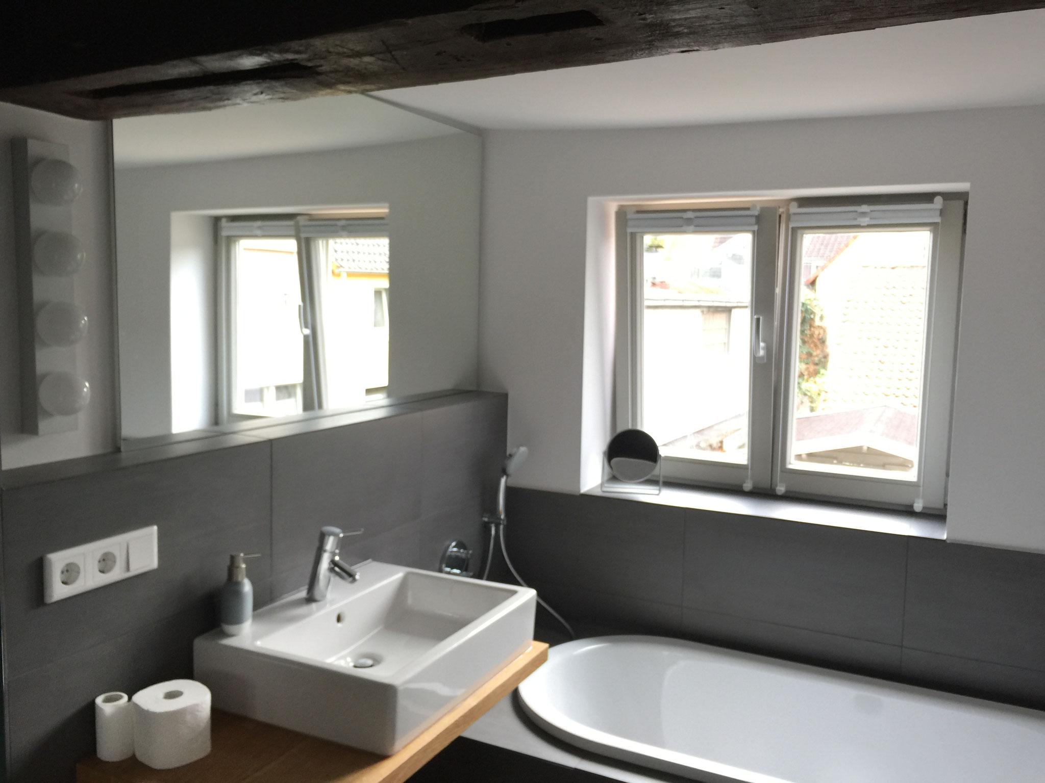 FeWo: Das Badezimmer mit Dusche und Badewanne