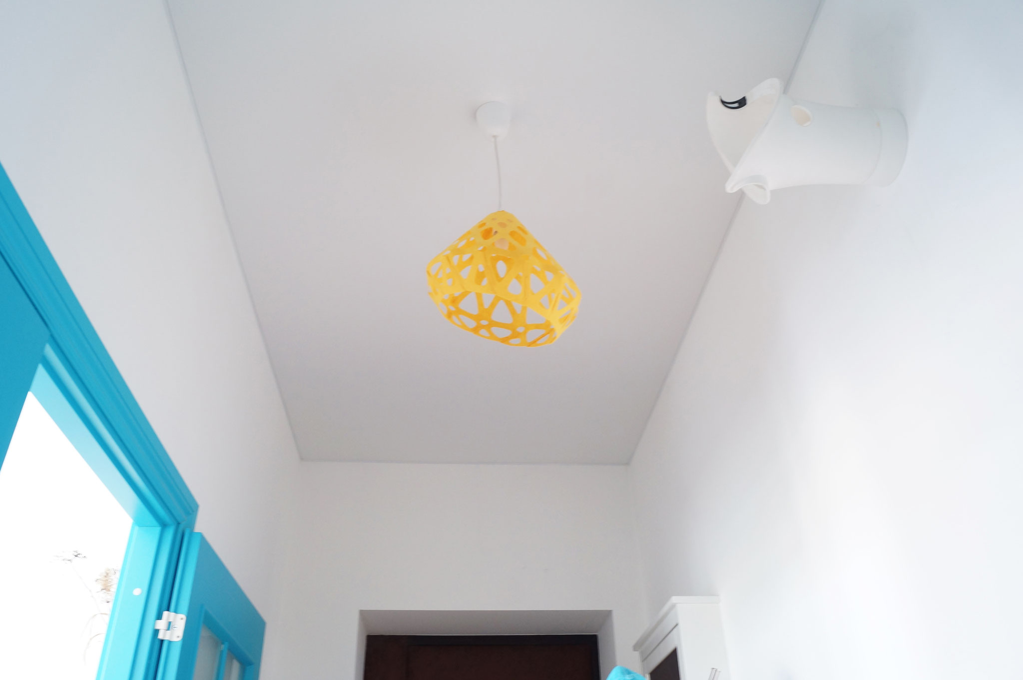 Желтый светильник вносит свежесть в интерьер