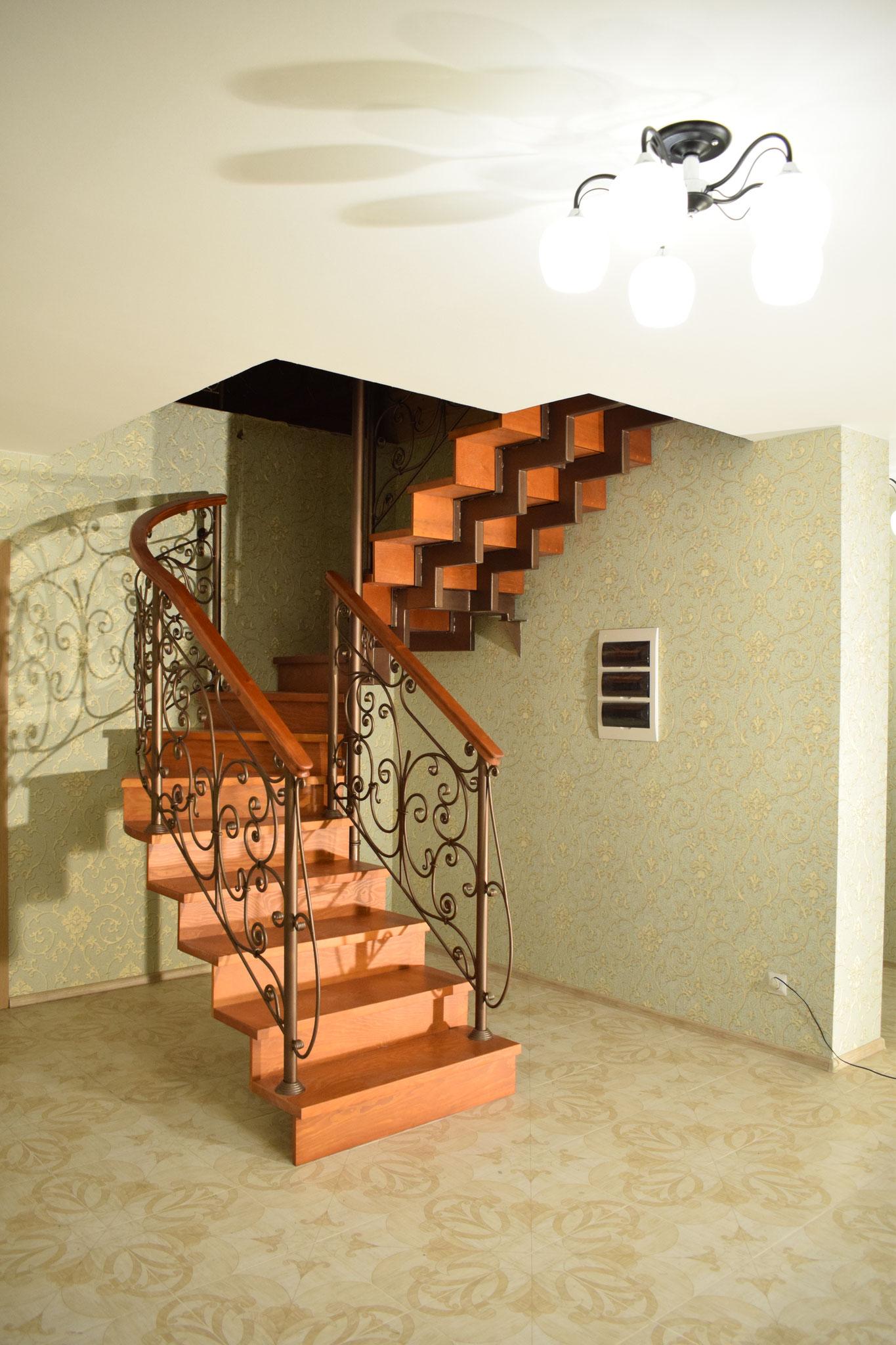 Лестница с кованым ограждением.