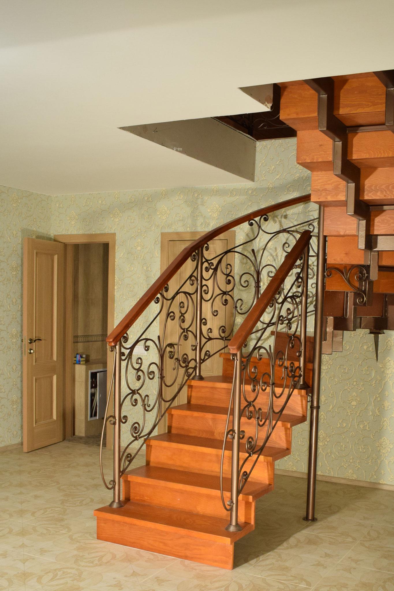 Кованое ограждение лестницы.