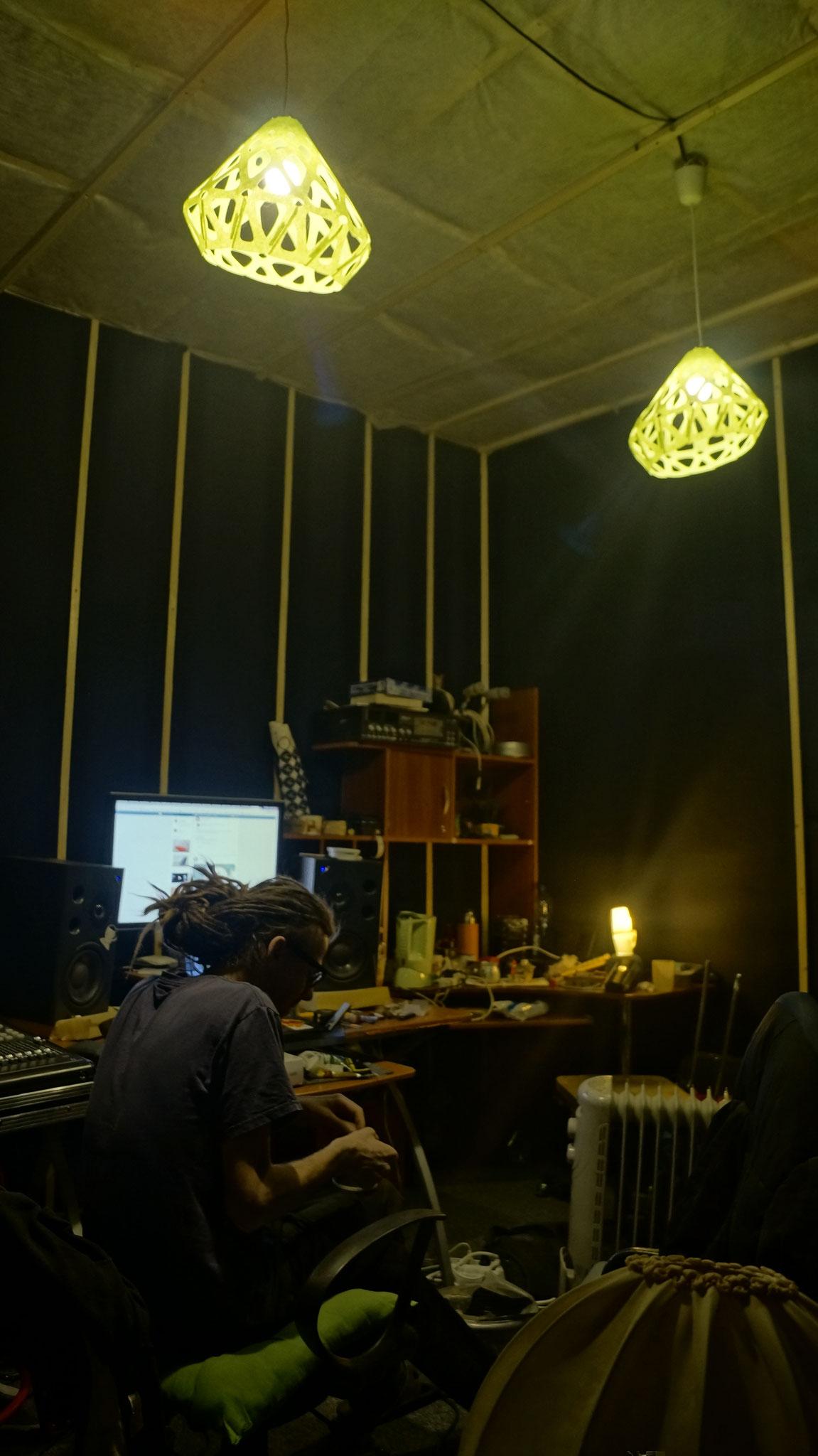 Войлочные зеленые подвесы ZAHA LIGHT в интерьере Петербургской студии
