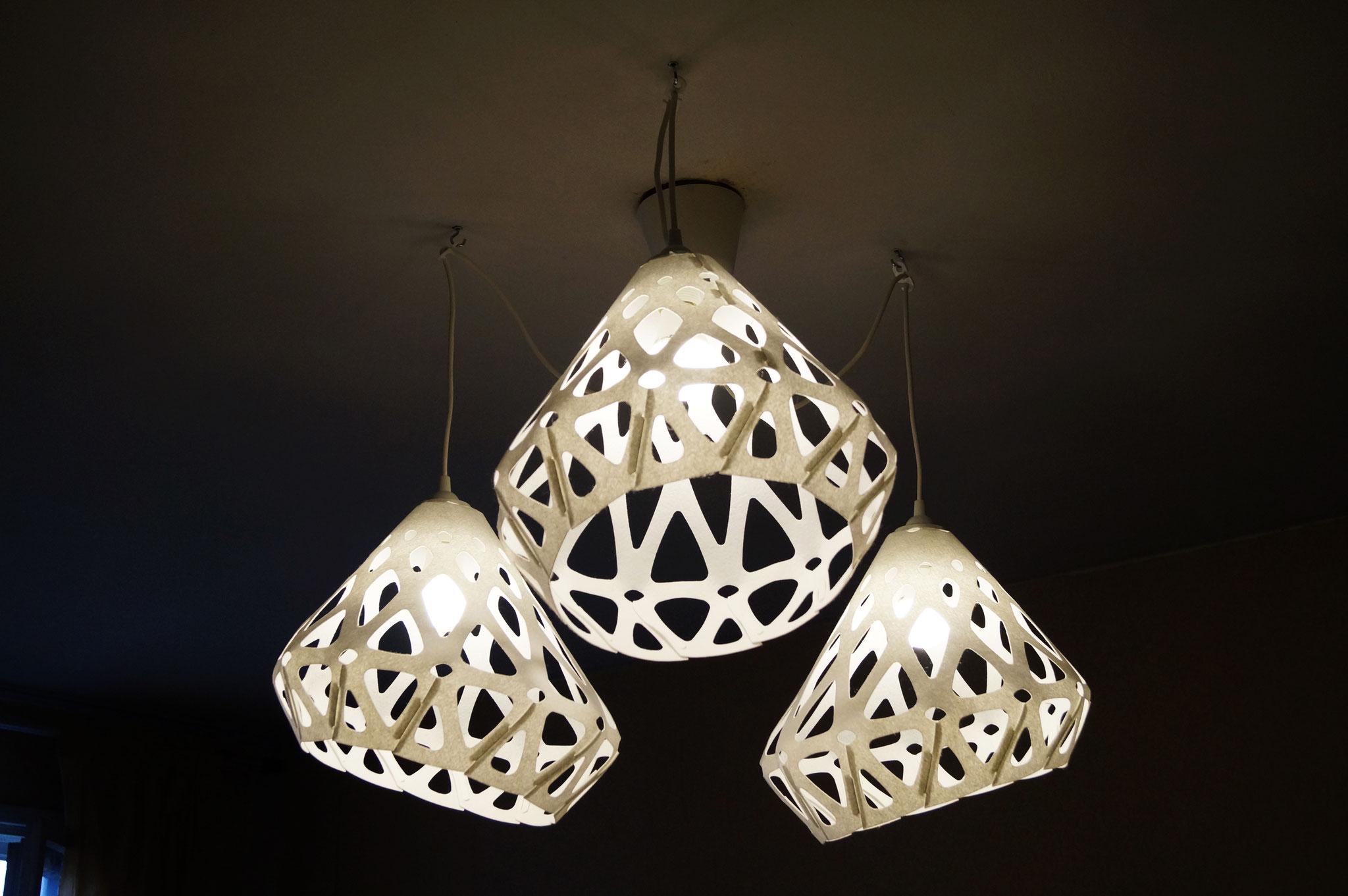 Белая люстра ZAHA LIGHT украшает интерьер и делает его необычным.
