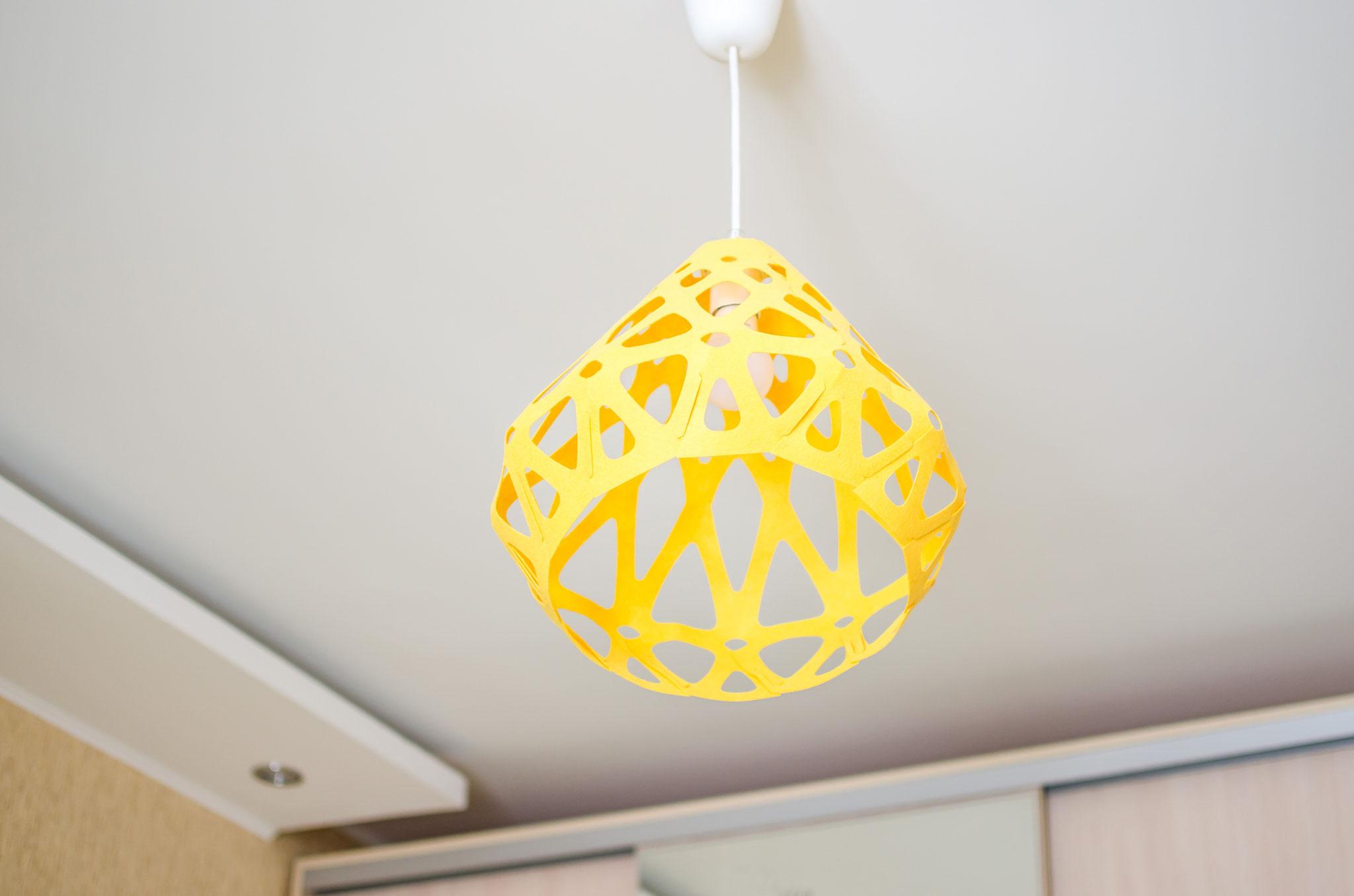 Желтый подвесной светильник ZAHA LIGHT в интерьере