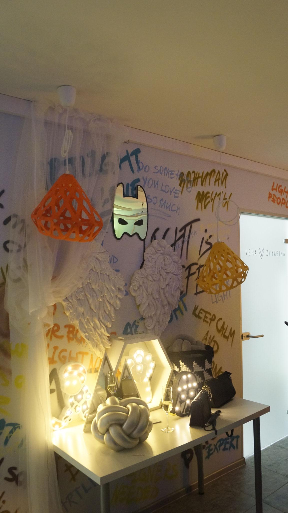 Желтый и оранжевый подвесы ZAHA LIGHT на выставке Art light