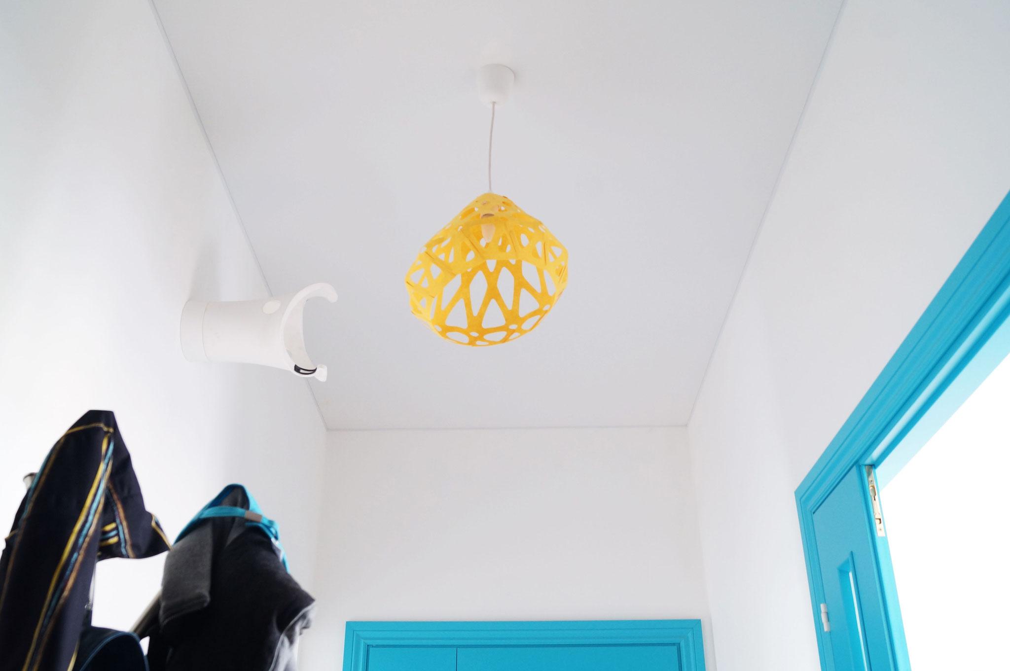 Бодрящий желтый подвесной светильник ZAHA LIGHT в прихожей
