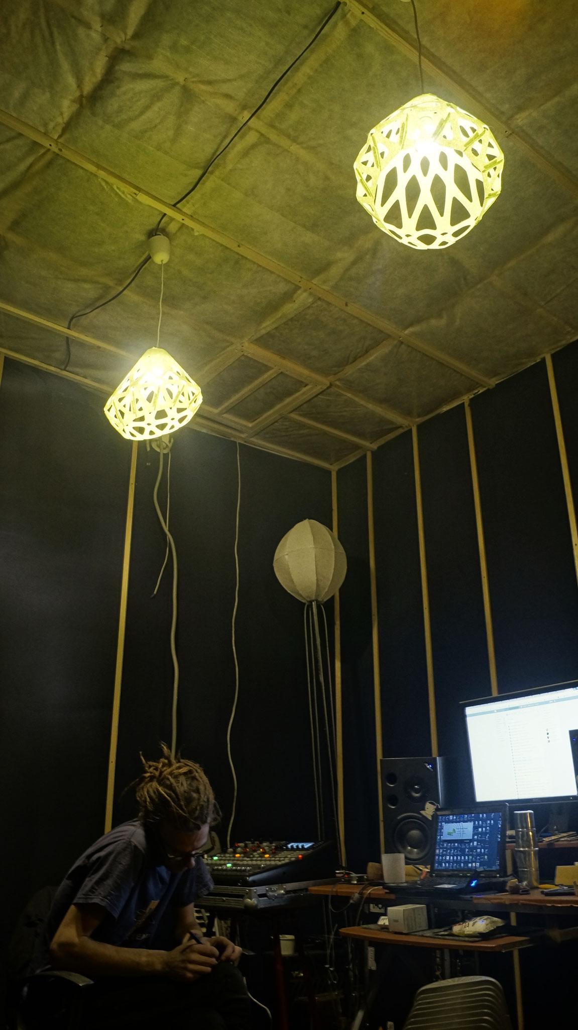 Войлочные зеленые подвесы ZAHA LIGHT на студии звукозаписи.