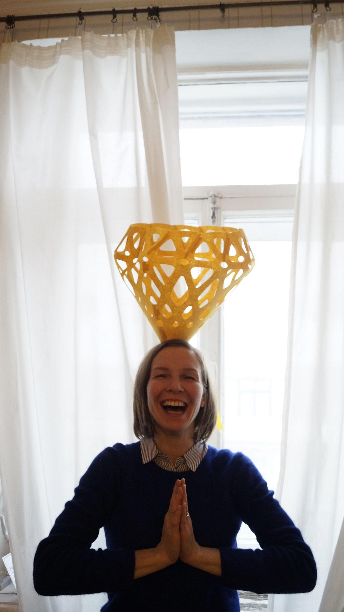 Желтый подвес ZAHA LIGHT как элегантная шляпка.