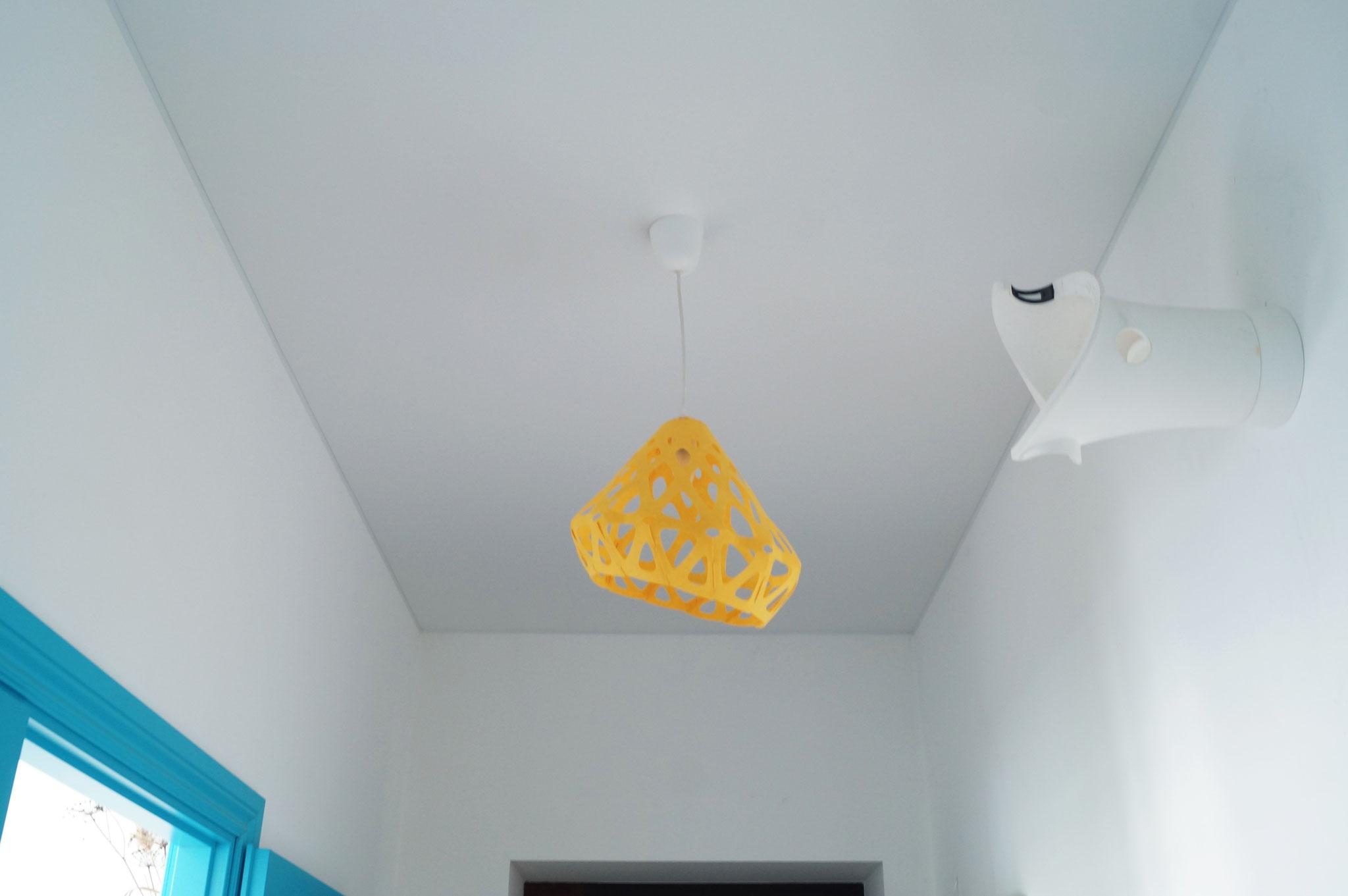 Сочный желтый подвесной светильник ZAHA LIGHT в холле стильной квартиры