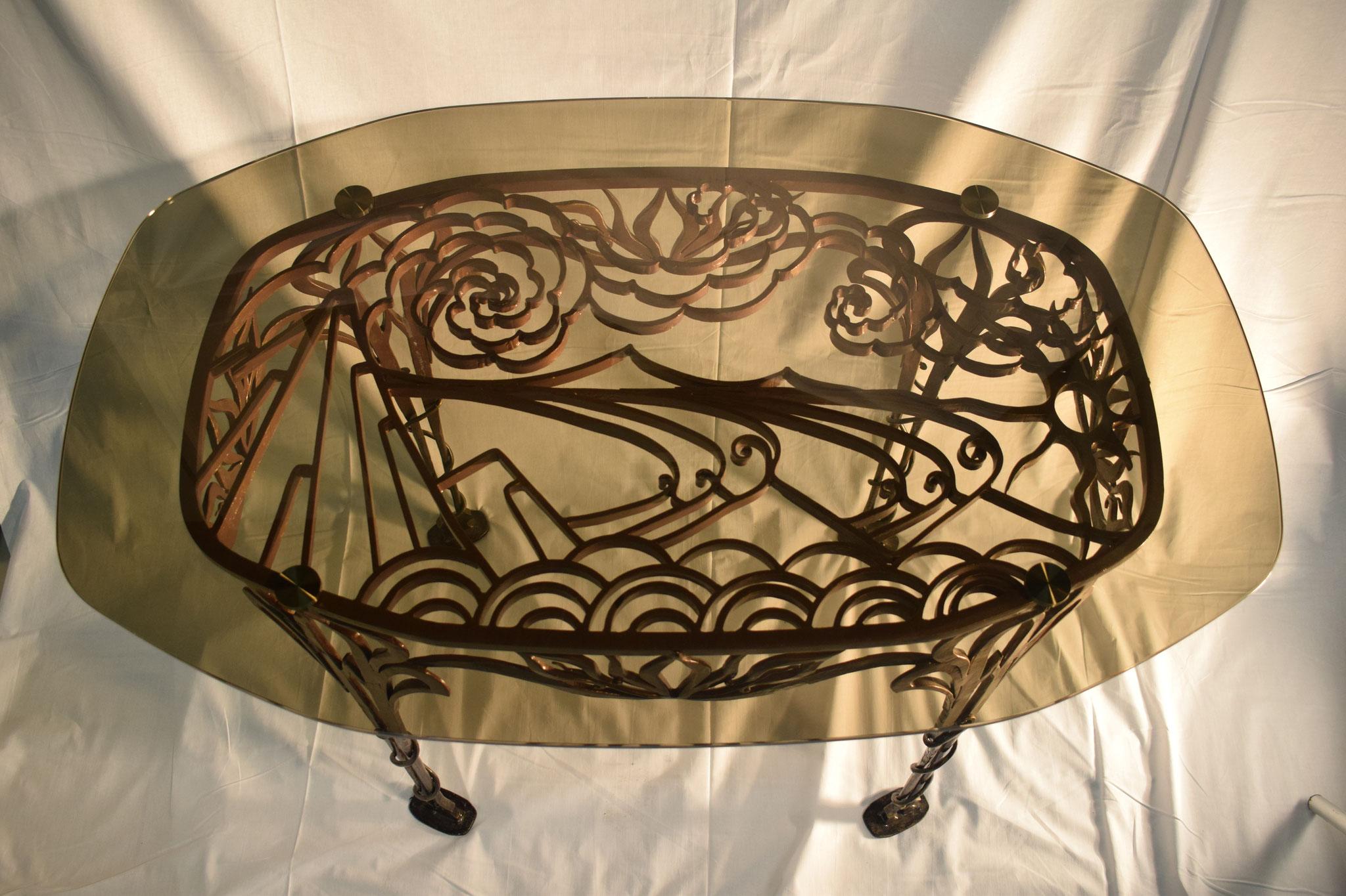 Стол с кованым рисунком.