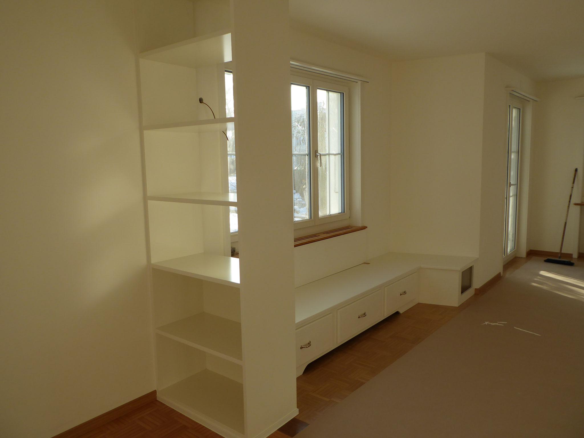 Sitzmöbel mit Bücherregal in EFH Zofingen
