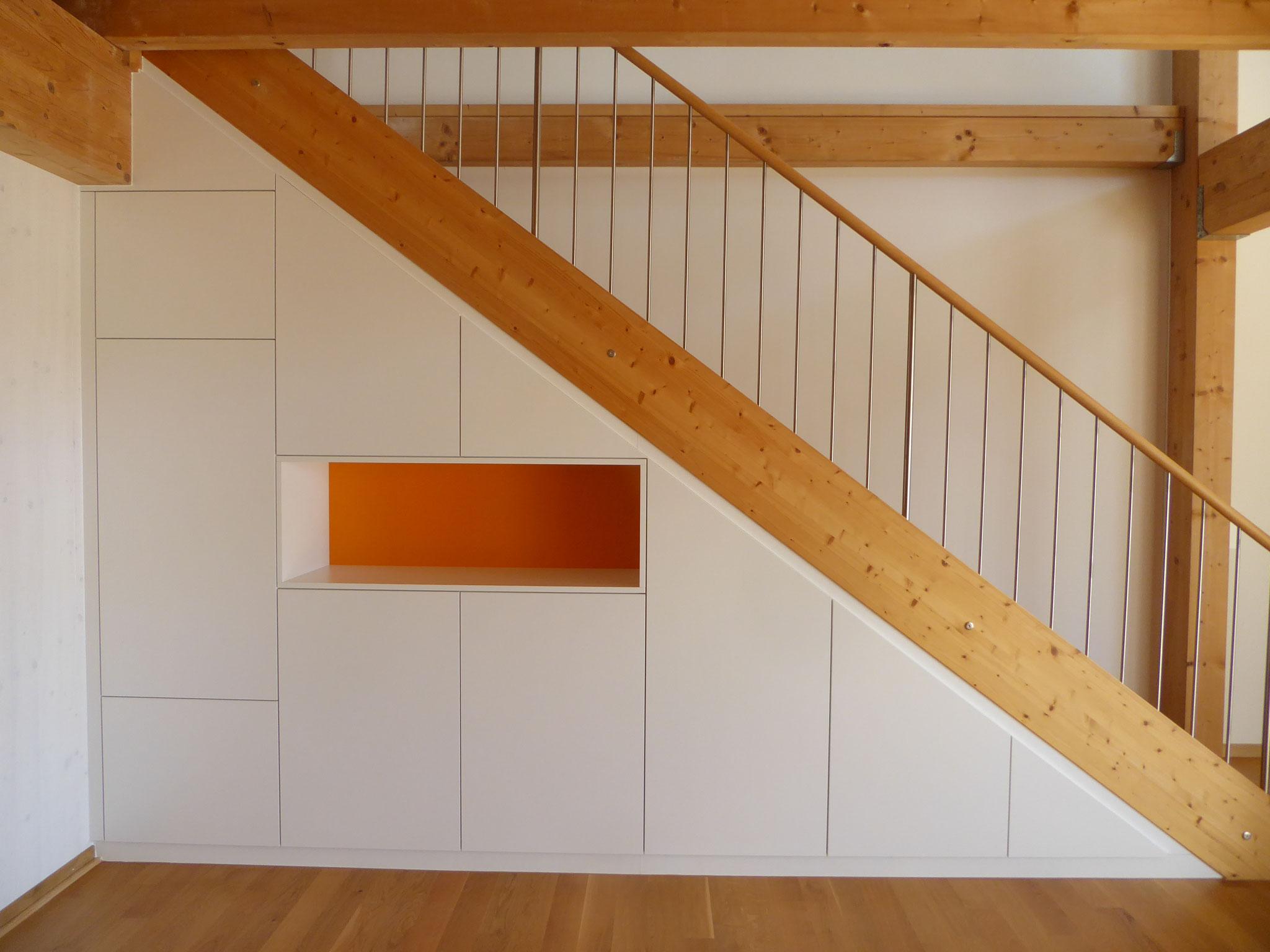 Schrank unter Treppe mit oranger Nische, sondertiefe, in Kottwil