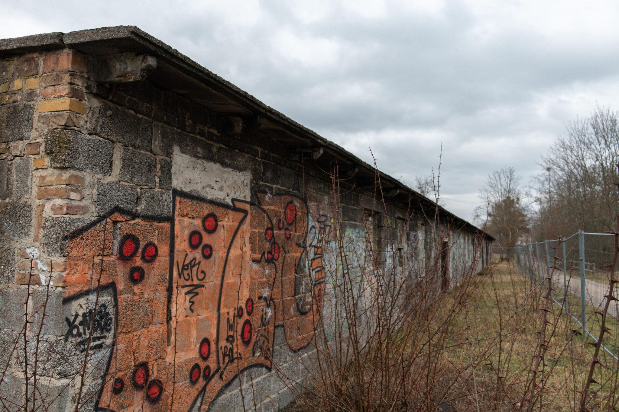 Neben dem KZ-Lager gab es außerdem noch ein Arbeiterlager, Waffen-Produktionsstätten und ein Kriegsgefangenenlager.