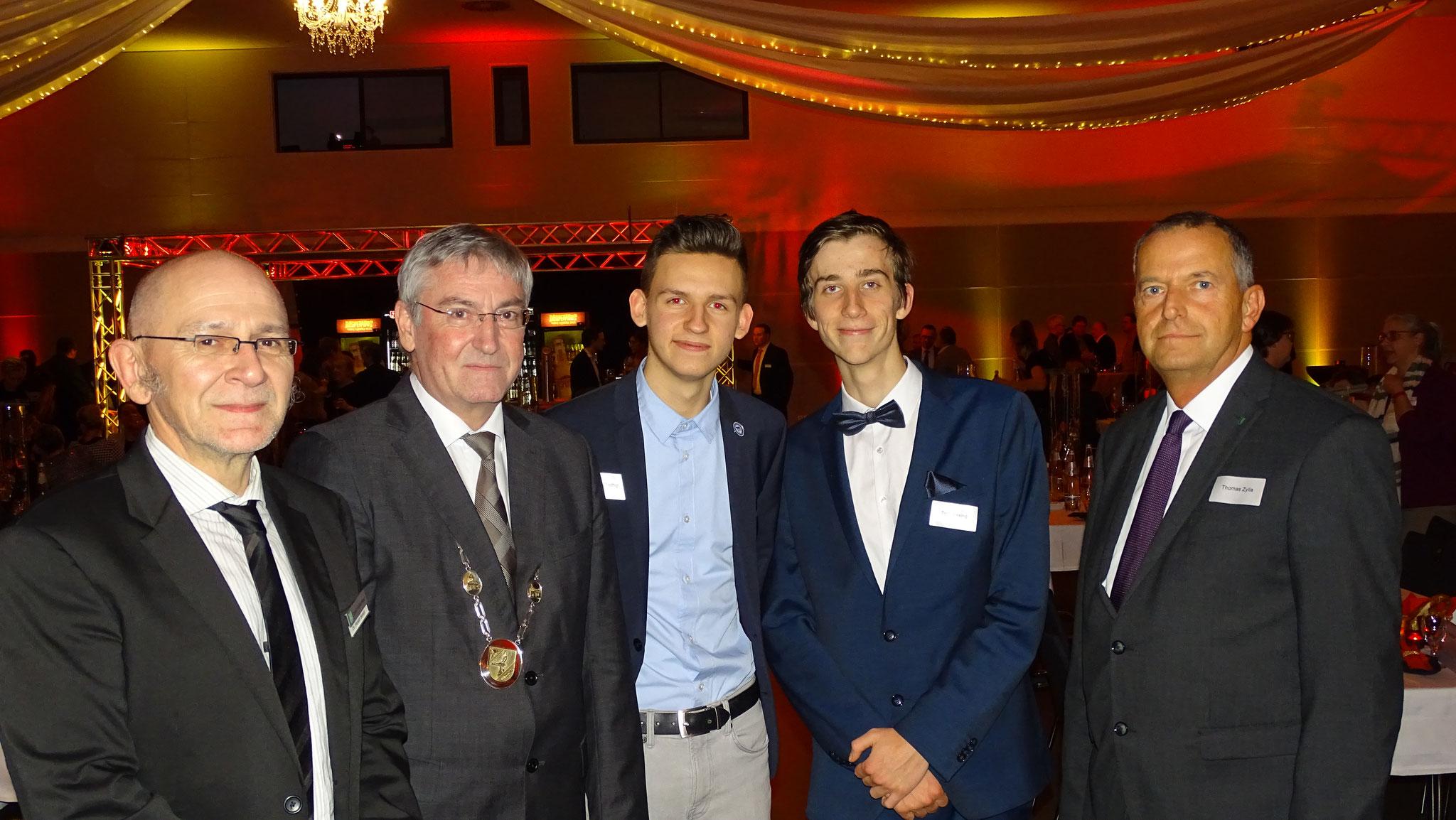 Die Falkenseer Stadtverwaltung rund um Bürgermeister Heiko Müller (2. v. l.) hatten auch einen schönen Abend - unter anderem mit uns :P!