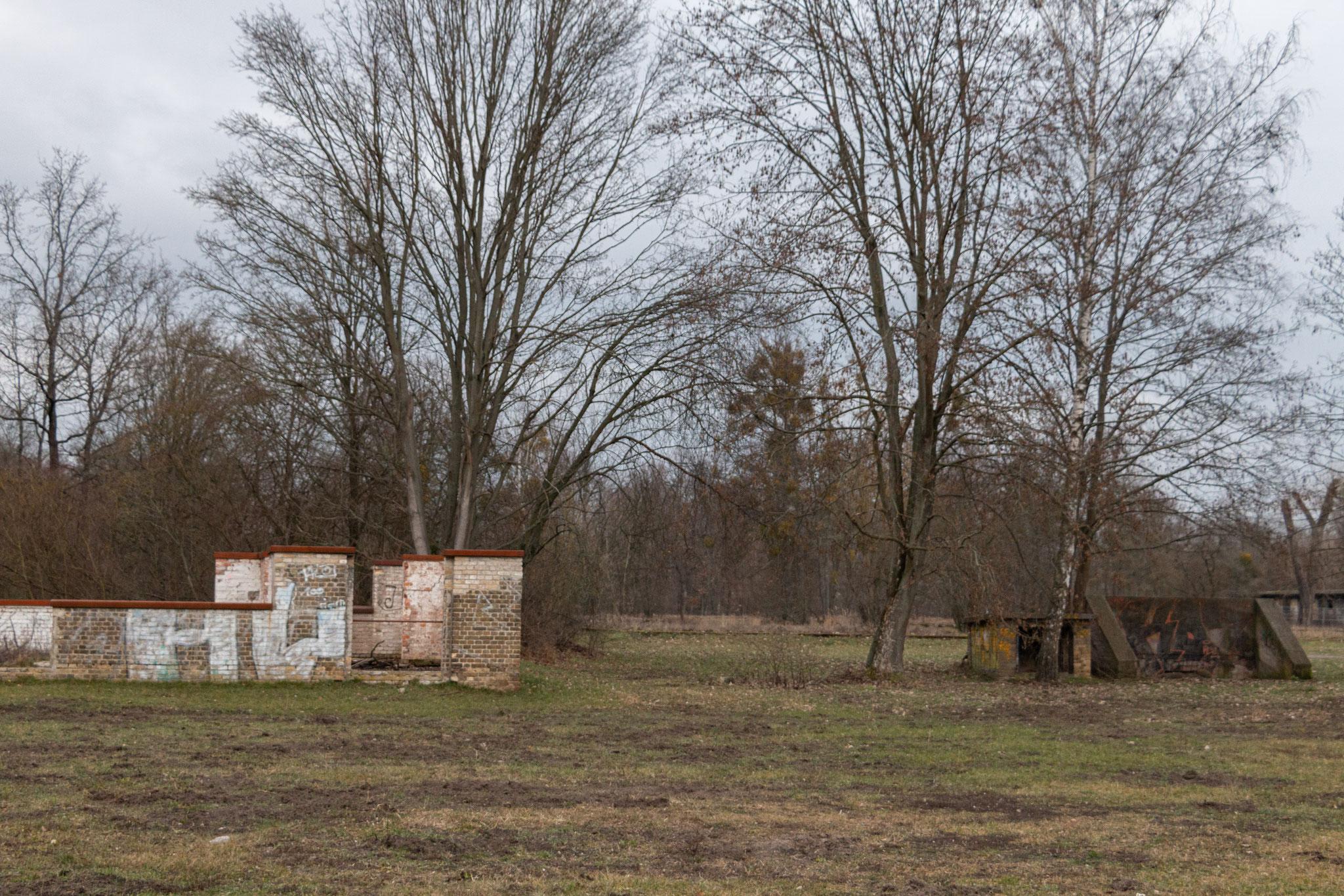 ... sodass viele der Menschen in der Zeit starben. Kranke und verletzte Menschen wurden zurück ins Stammlager Sachsenhausen gebracht und dort ermordet und verbrannt.
