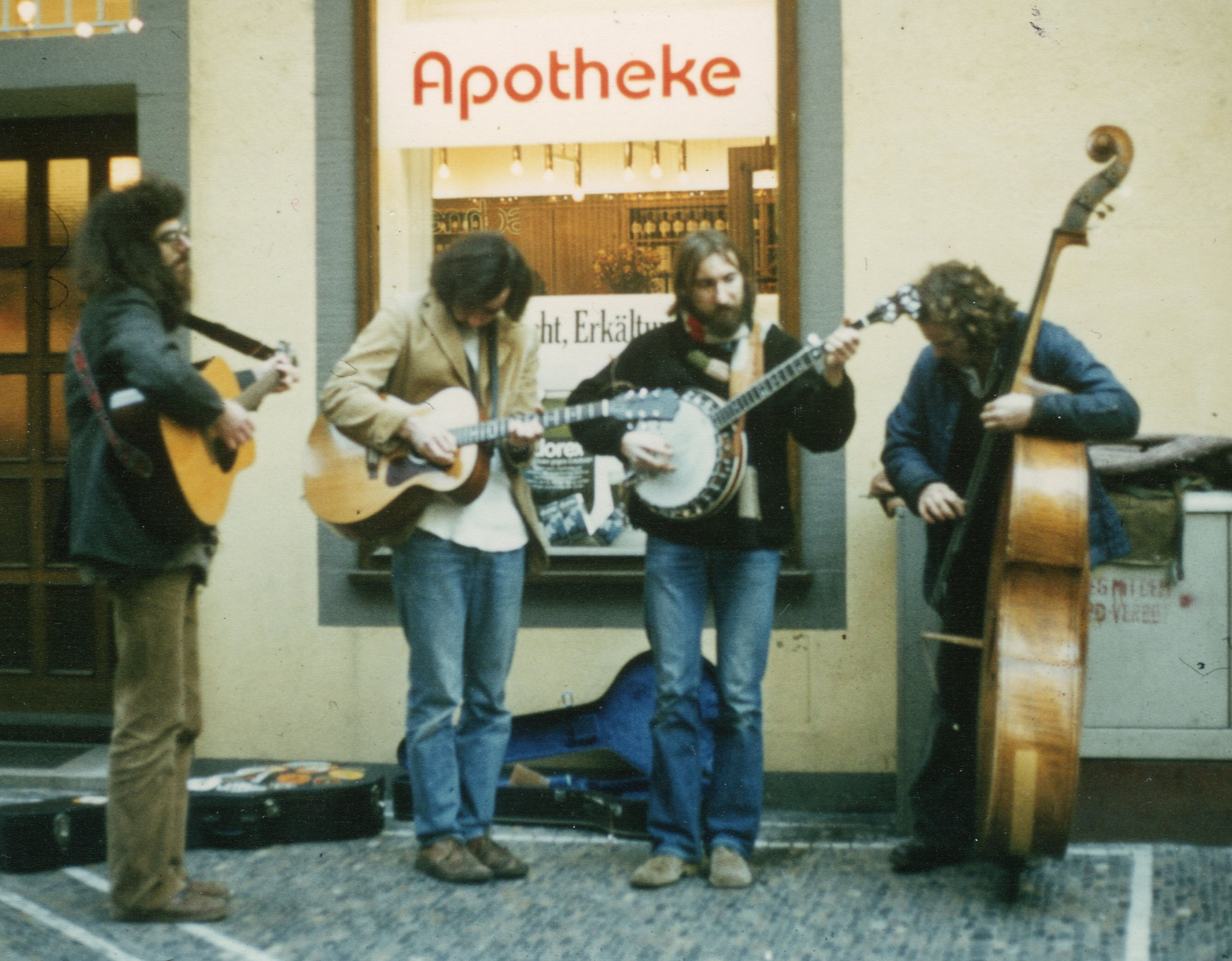 """THE IMPOSSIBLE STRING BAND"": HOMBURGER, RICHARD MURPHY, THILO WERNER, MATTHIAS SCHEURER, Freiburg 1980 (Foto: Homburger)"