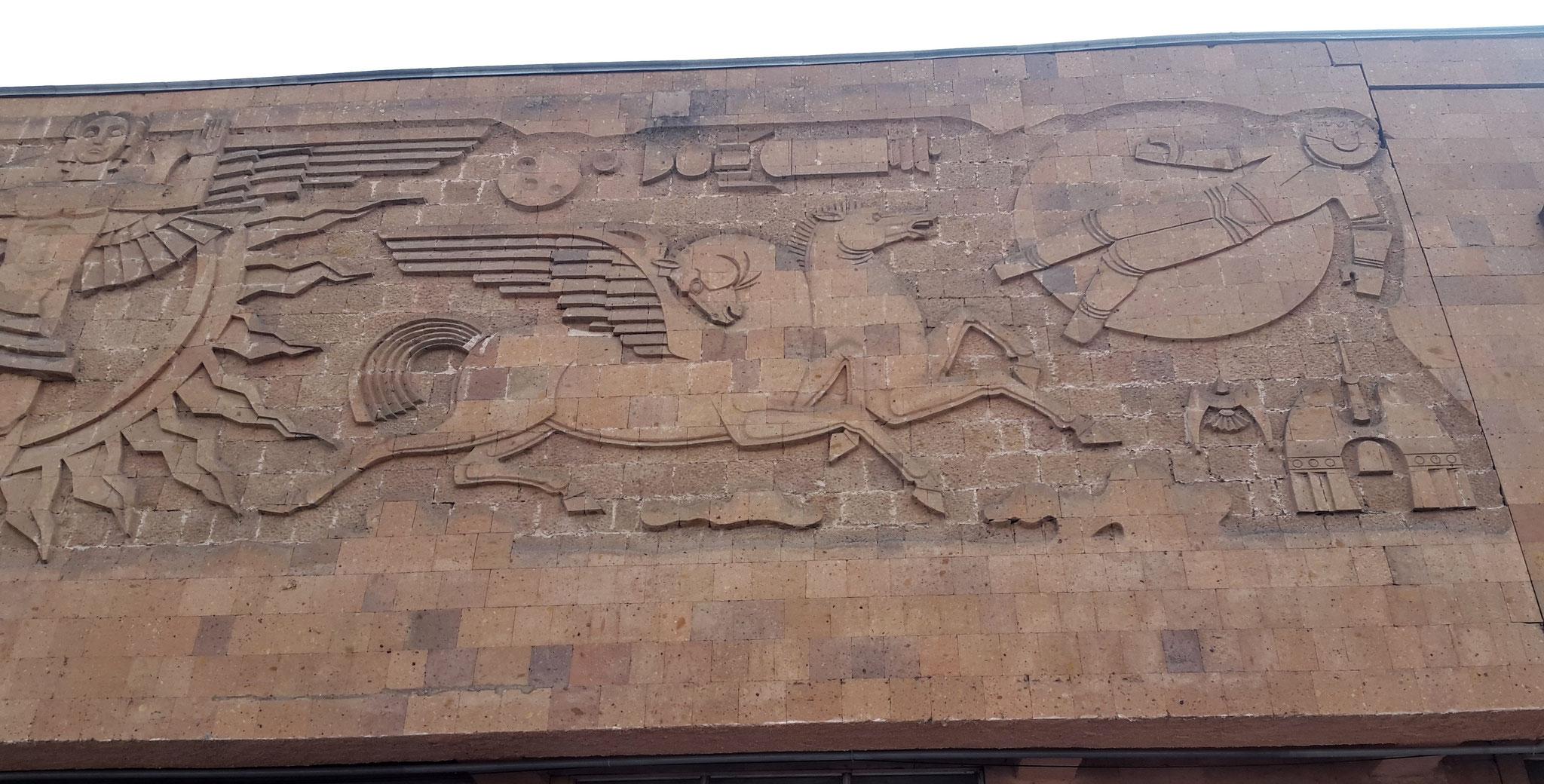 Fries am Eingang des Bahnhofs von Gyumri