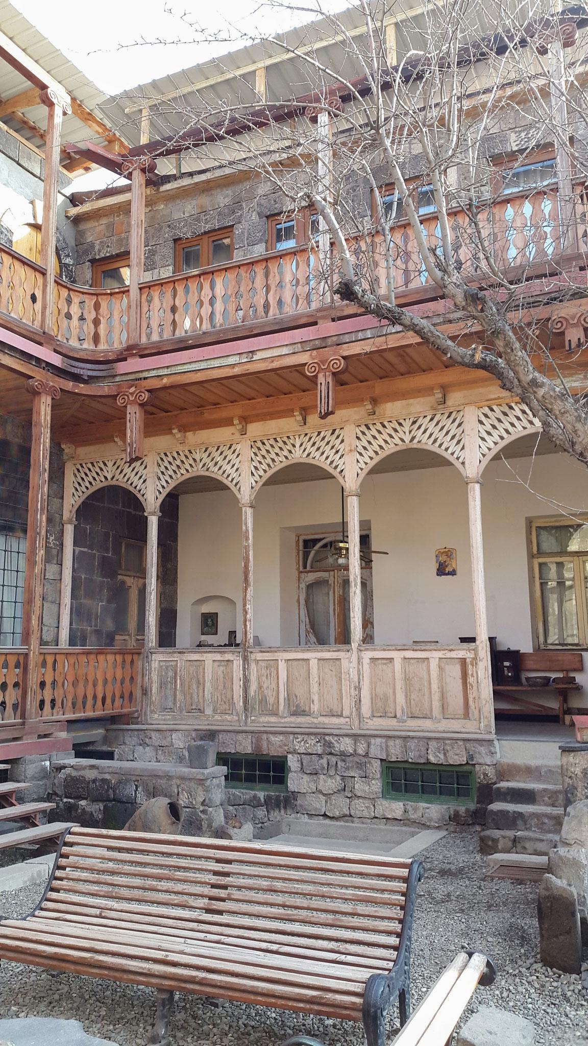 Im Innenhof der Villa Kars ...