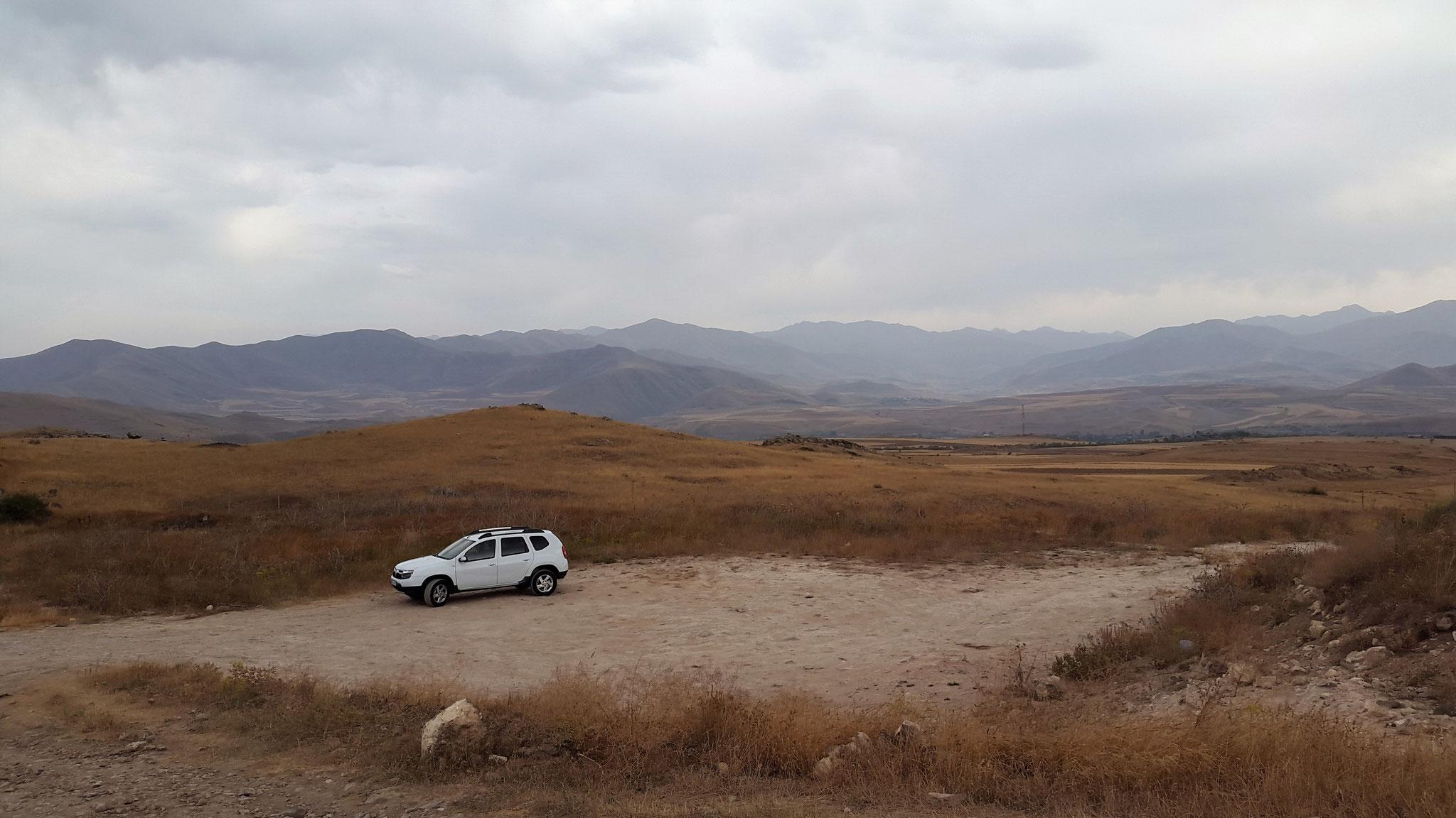 Unser Mietwagen steht einsam auf dem Parkplatz von Karahunj ...