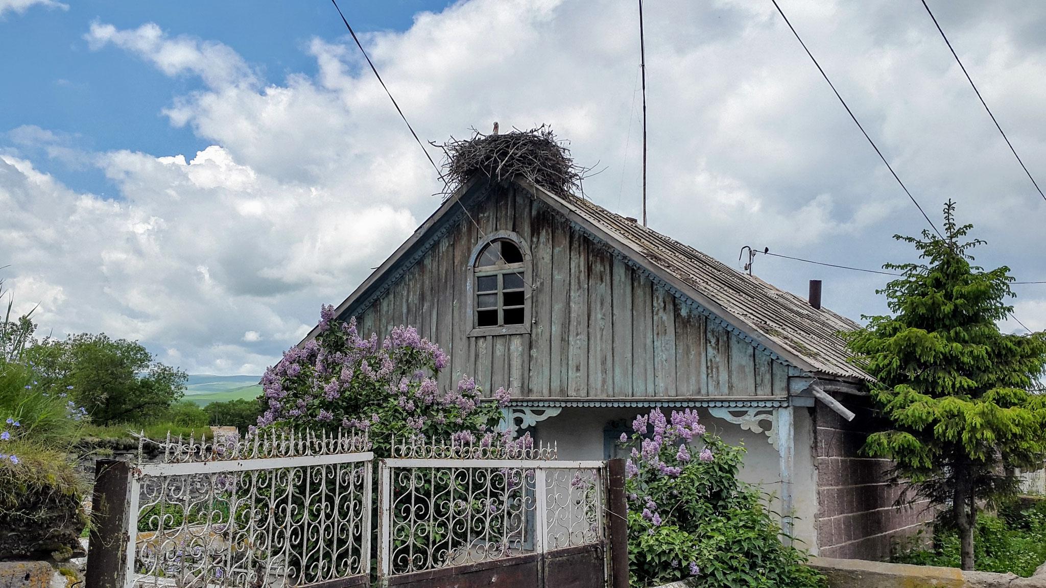 Storchbekröntes georgisches Bauernhaus