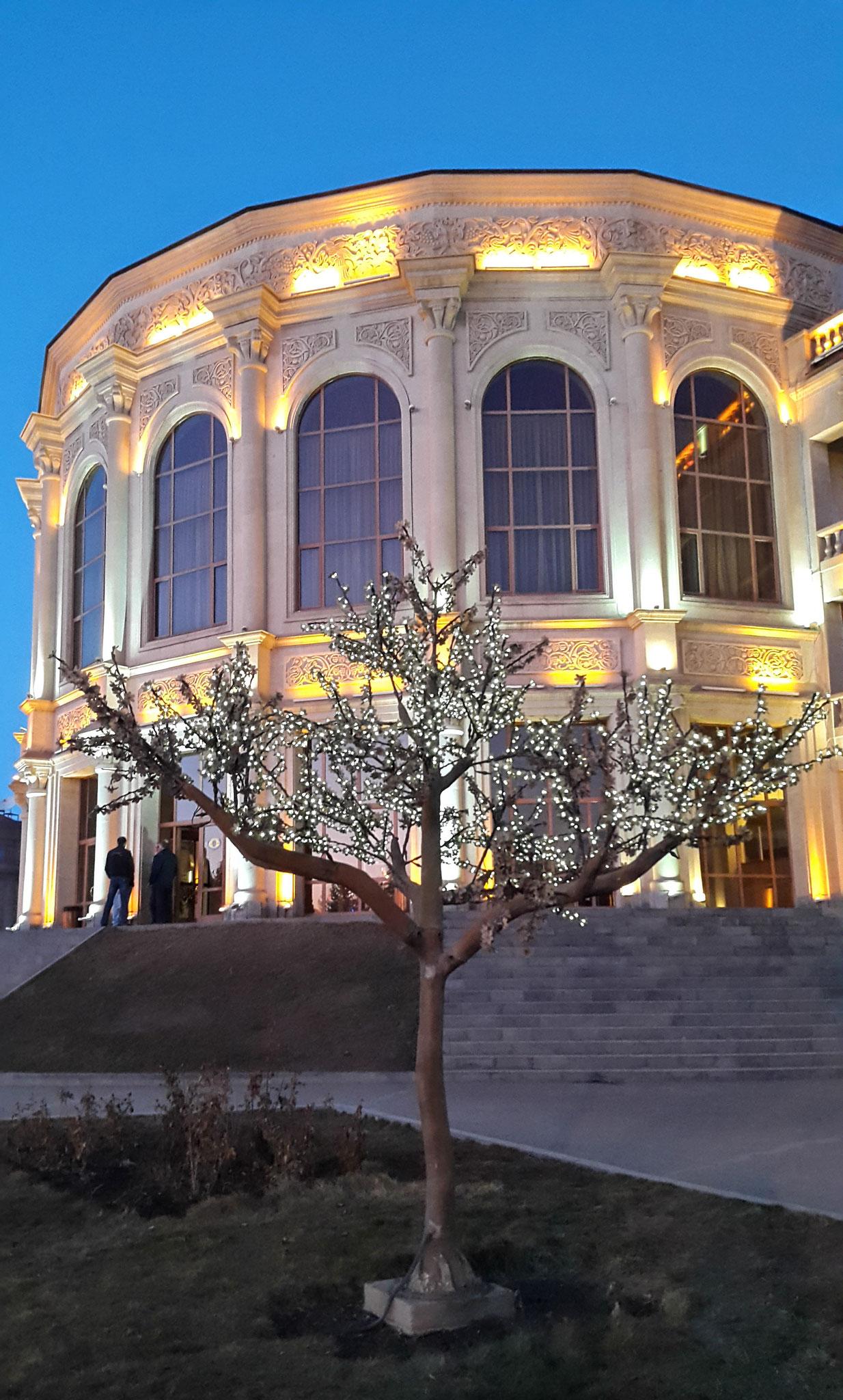 Das Rathaus von Gyumri am Abend
