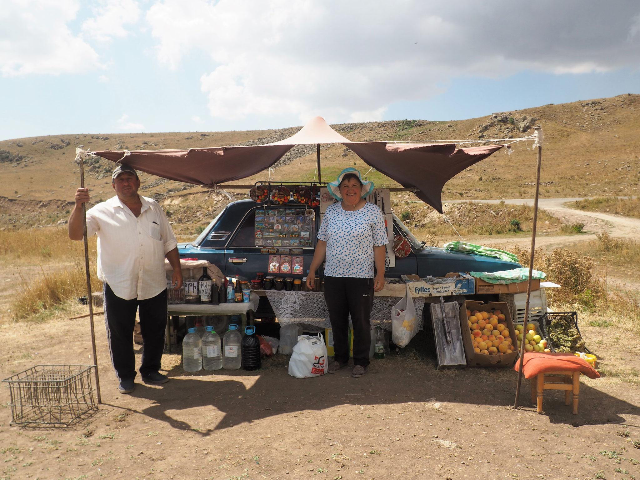 Alles, was der Armenien-Reisende braucht am Selim-Pass (z.B. Maulbeer-Wodka)