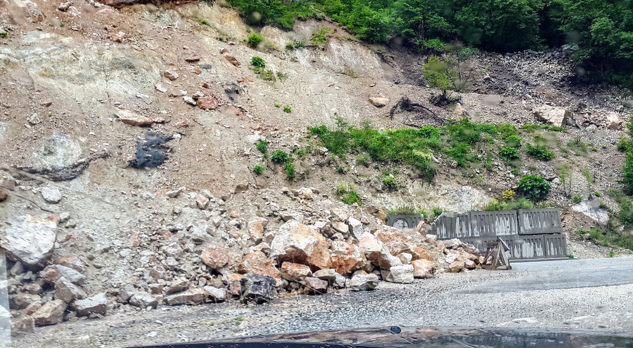 Ein Erdrutsch blockiert die Hälfte der Straße