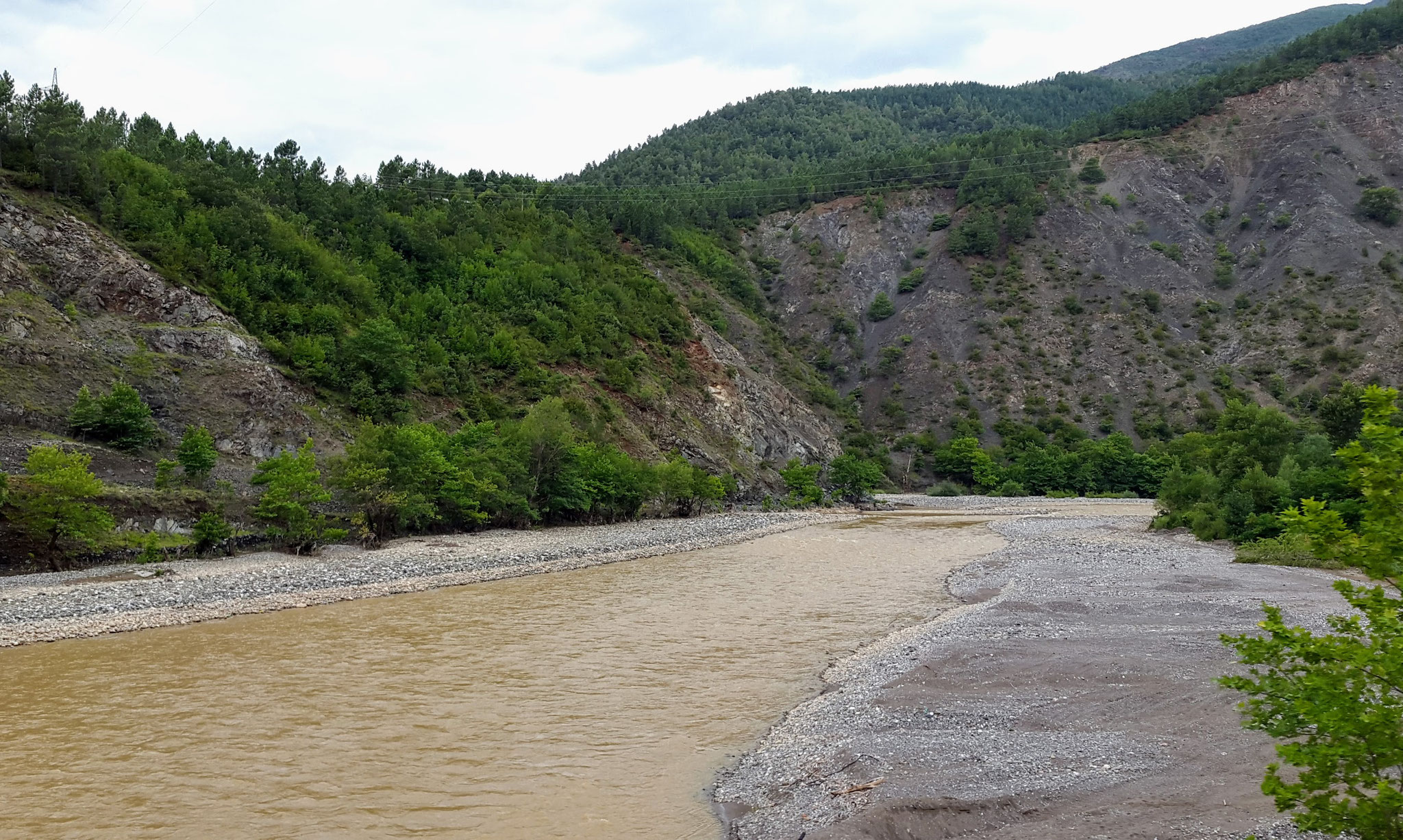 Den Flüssen sieht man den vielen Regen an