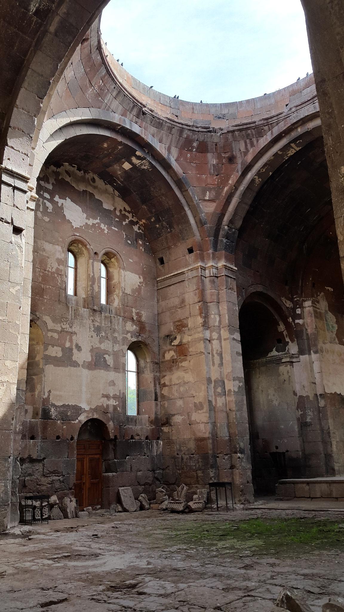 Ruine Aruch - Gras unter der offenen Kuppel