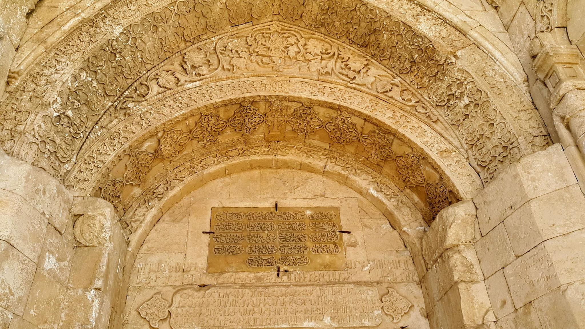 """Persische """"Baugenehmigung"""" am Kirchenportal"""