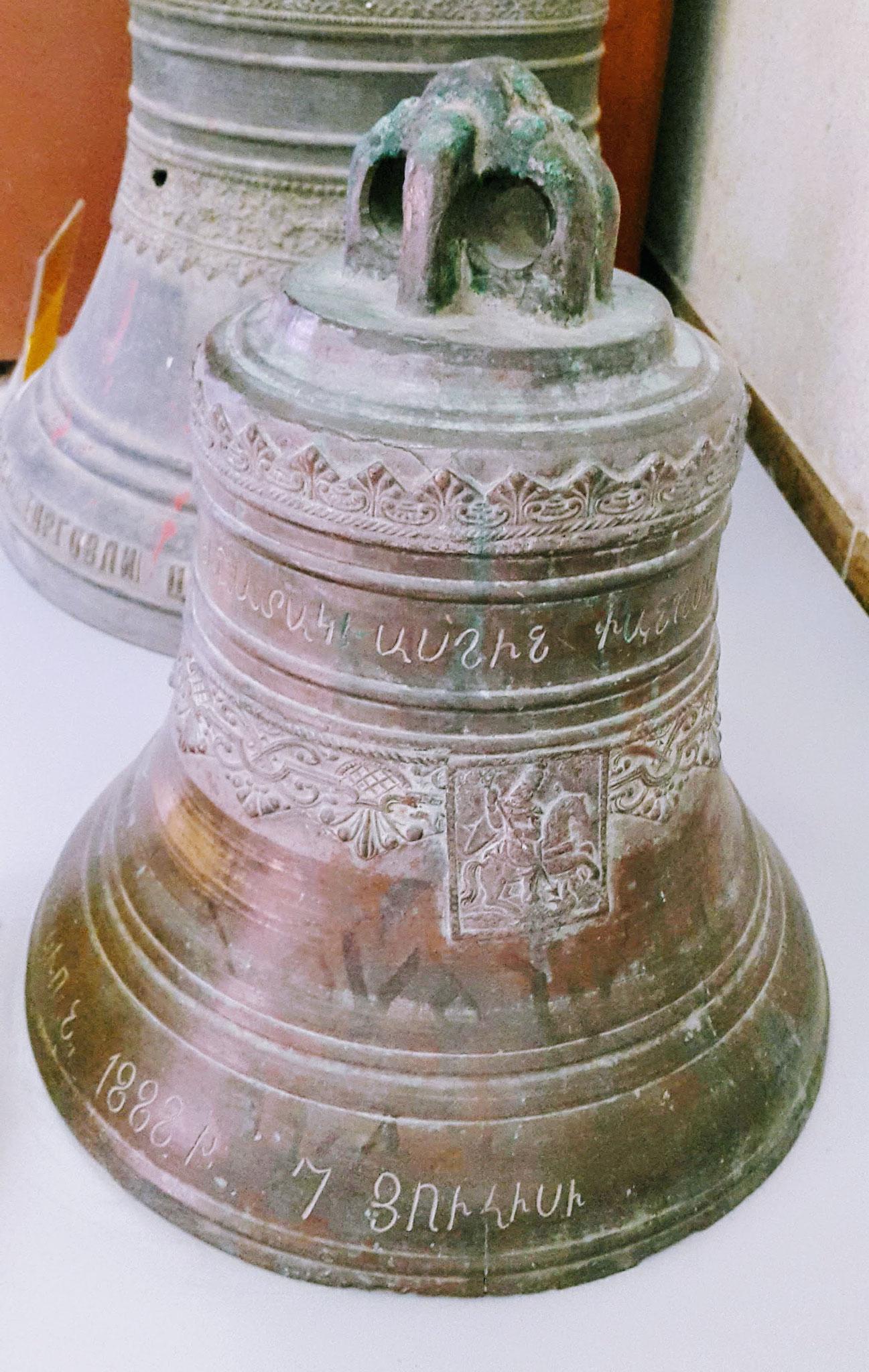 Im ethnographischen Museum von Urmia: Armenische Kirchenglocke, gerettet aus der Region Van