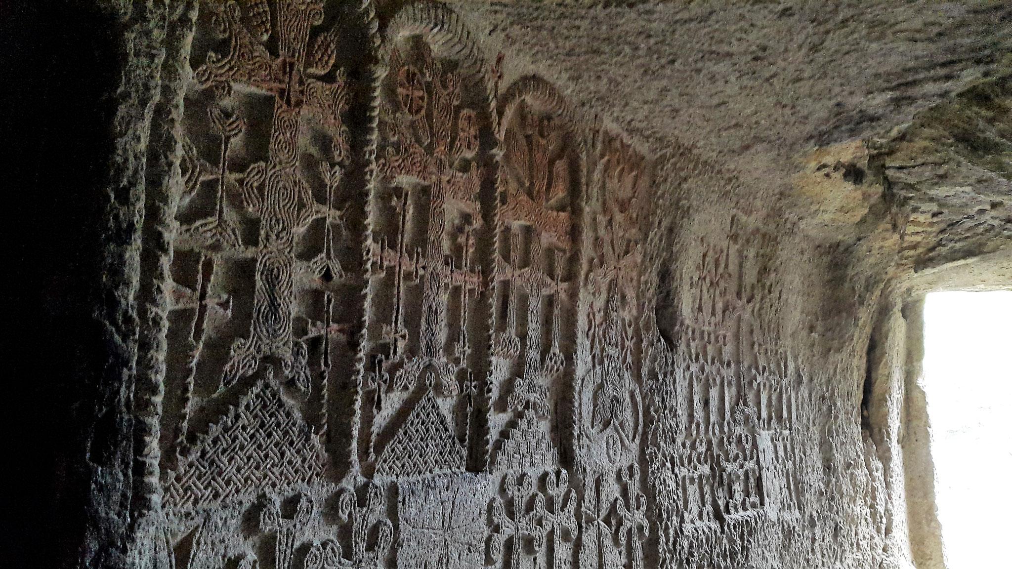 Kreuzsteine in den Felsentunnel gemeiselt